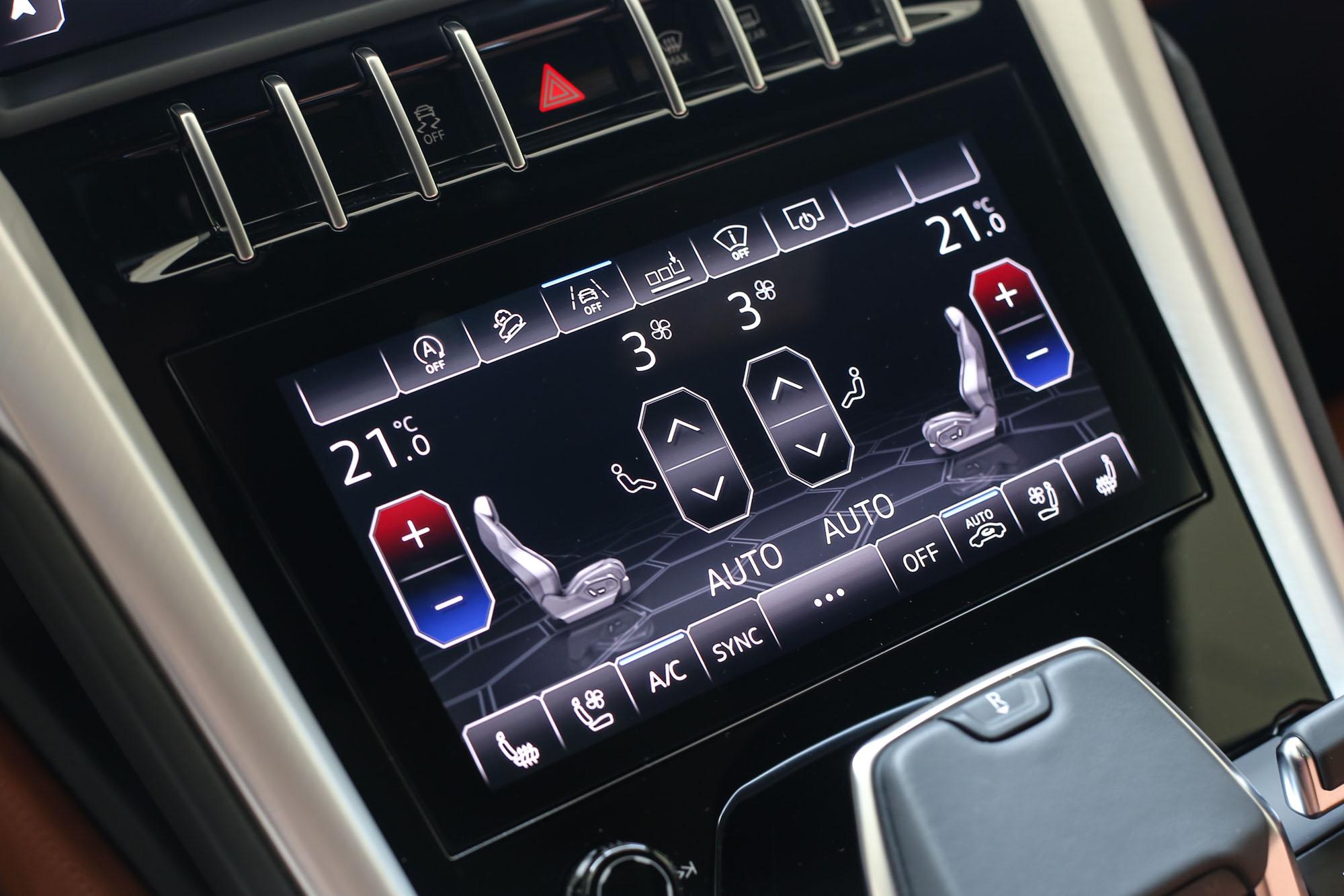 中控台下方的螢幕則主要在空調、座位功能的呈現與操控。