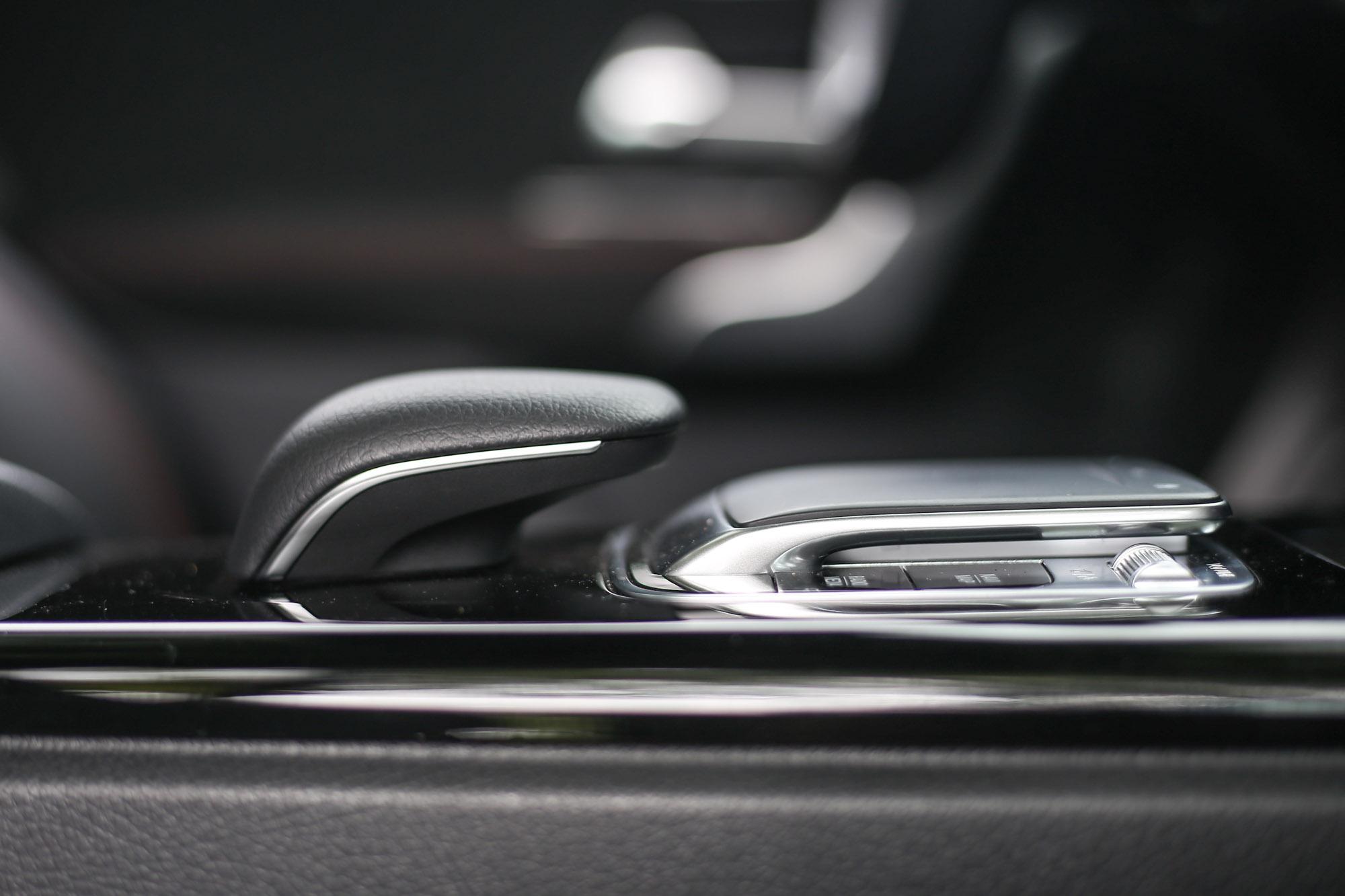由於柱排式的排檔桿與電子駐車系統的設計,中央鞍座處主要為多媒體系統的操作介面。