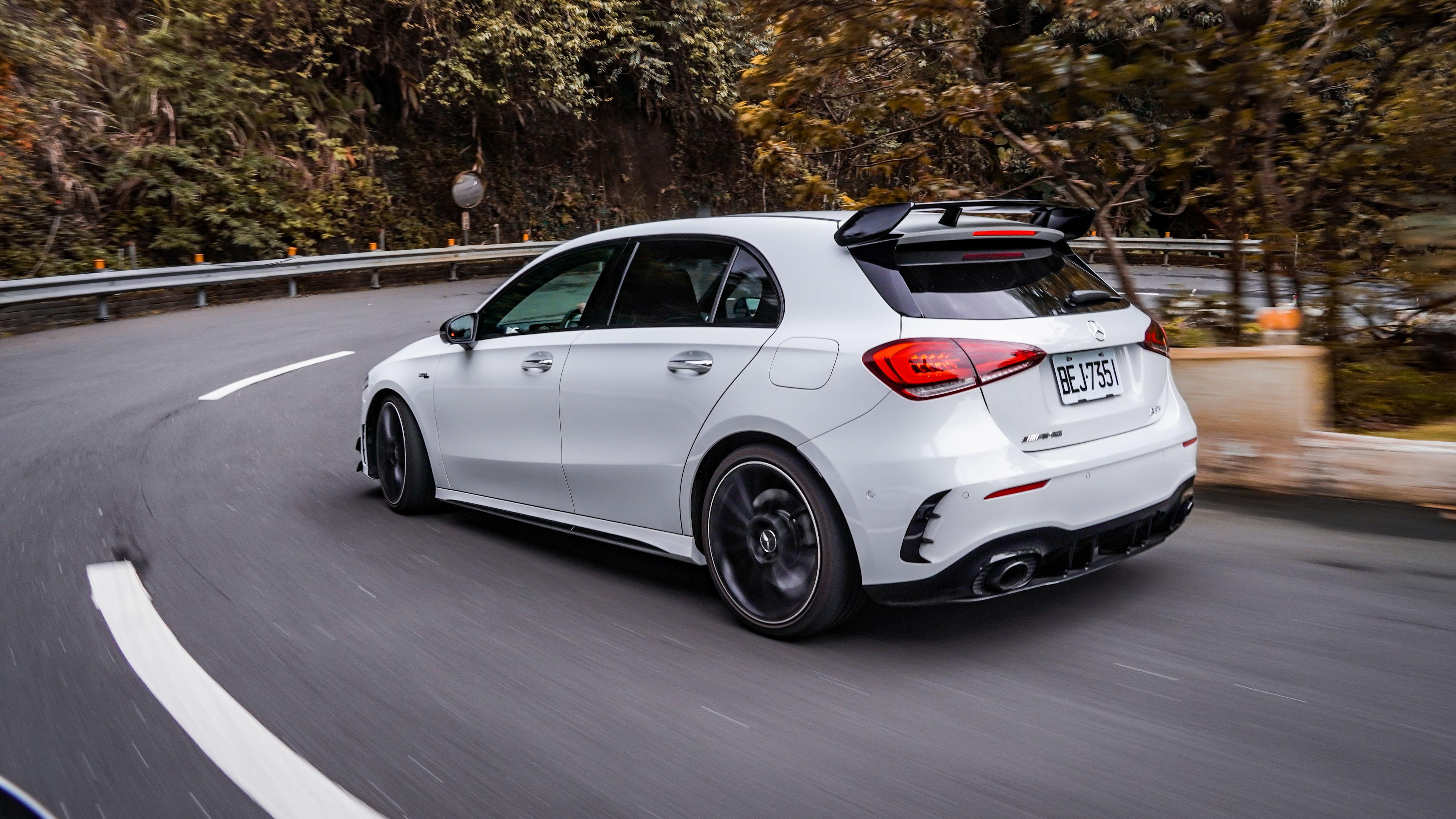 標配 AMG 高性能煞車系統及 AMG 高性能排氣系統。