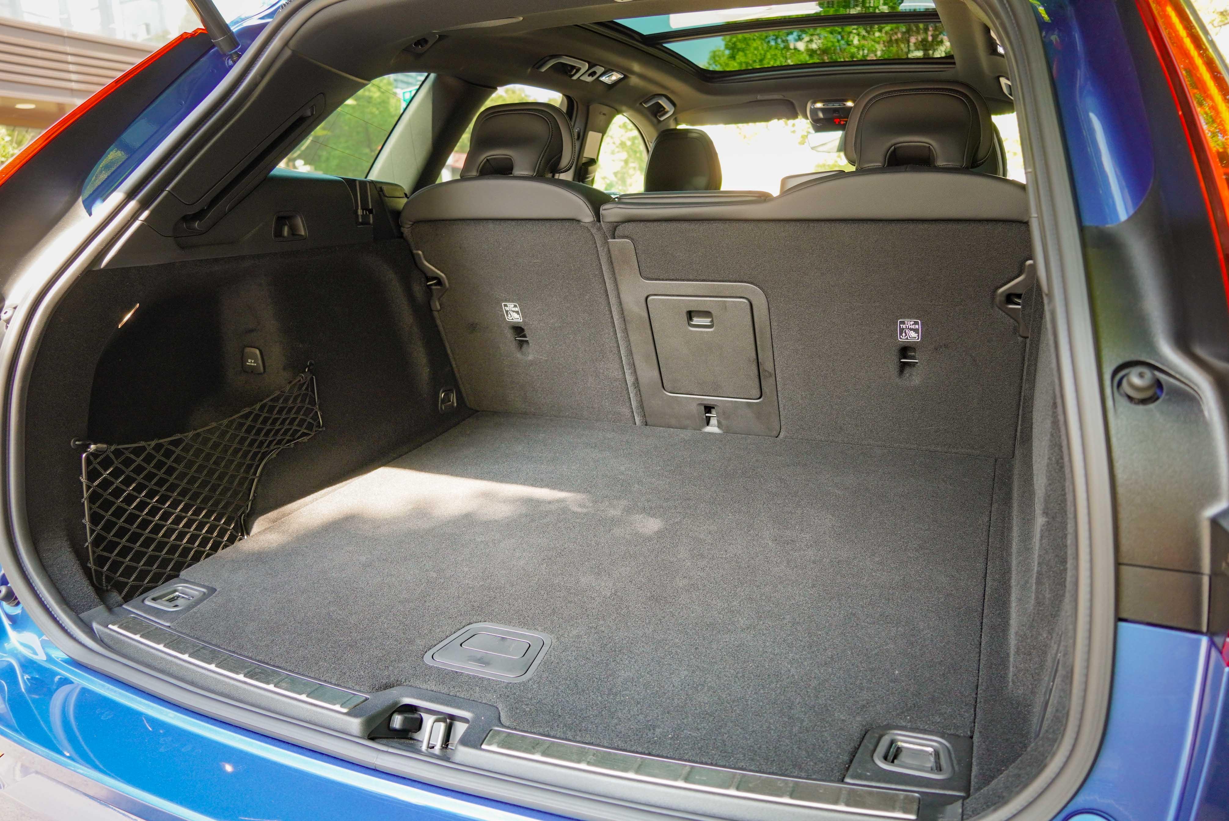 行李廂基本容積為 483 公升。