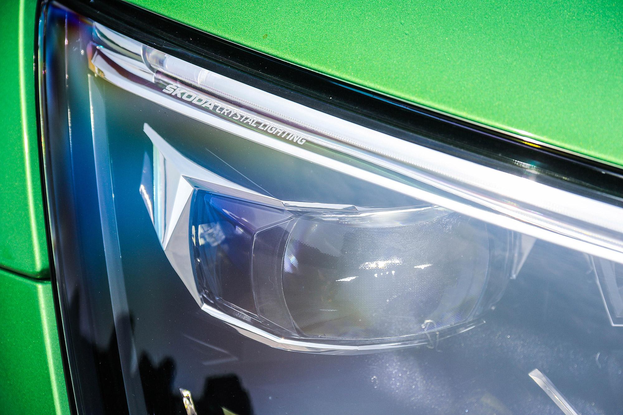 豪華版車型配備動態光束 LED 頭燈。