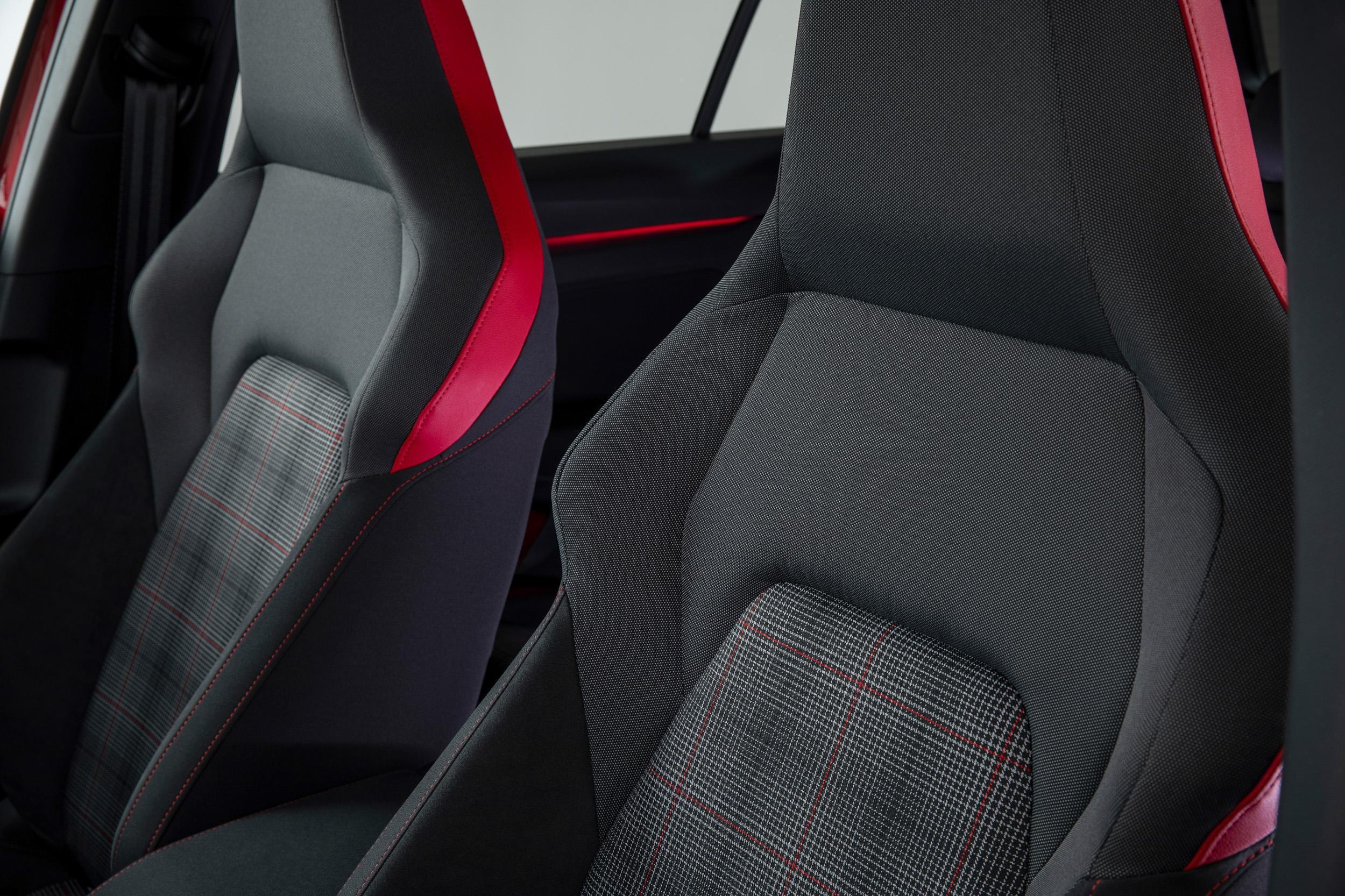 Golf 8 GTI首次導入Vienna真皮跑車型座椅附駕駛座電動調整、雙前座通風加熱等功能。