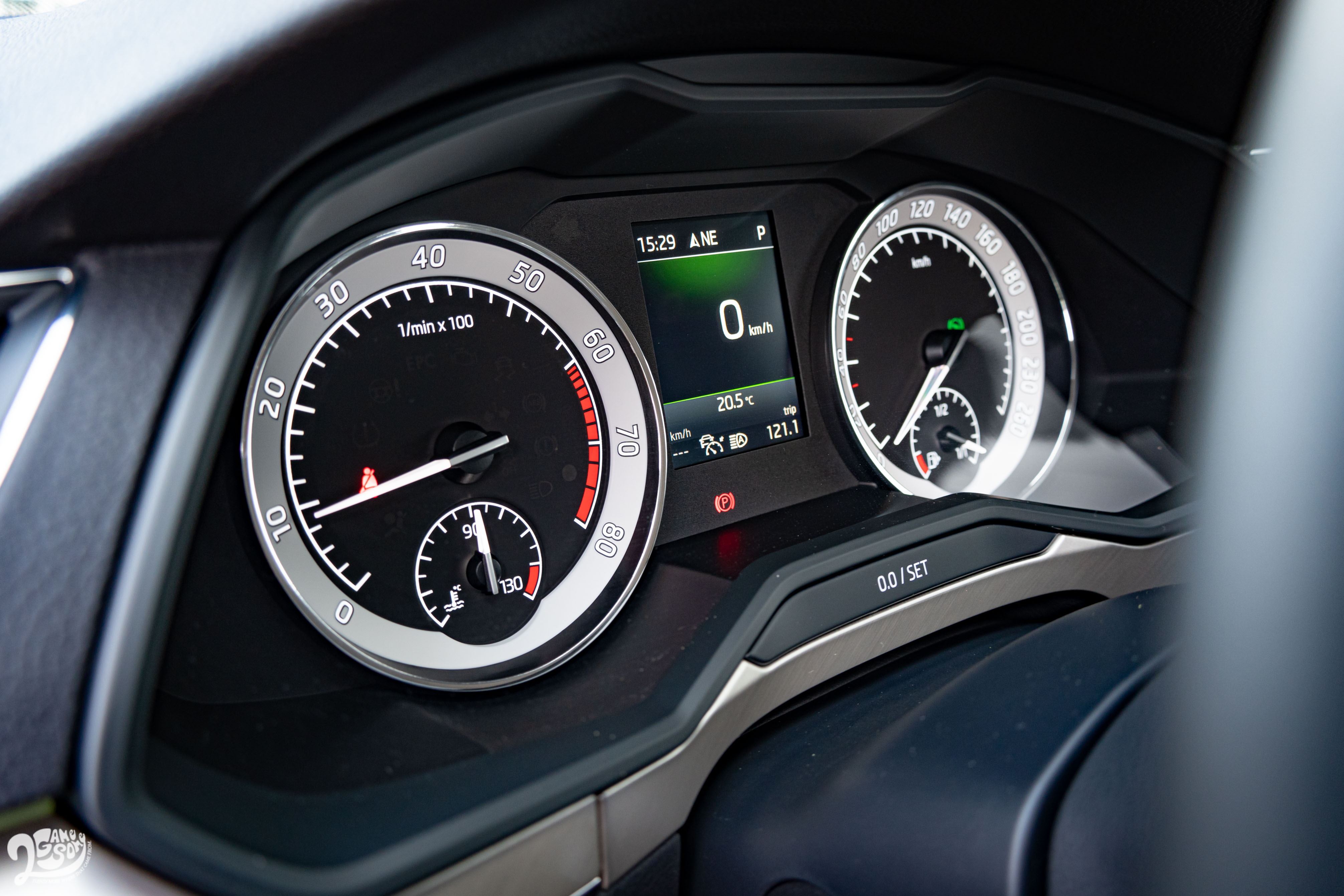 標配雙環式儀表和 Maxi Dot 全彩中央螢幕。