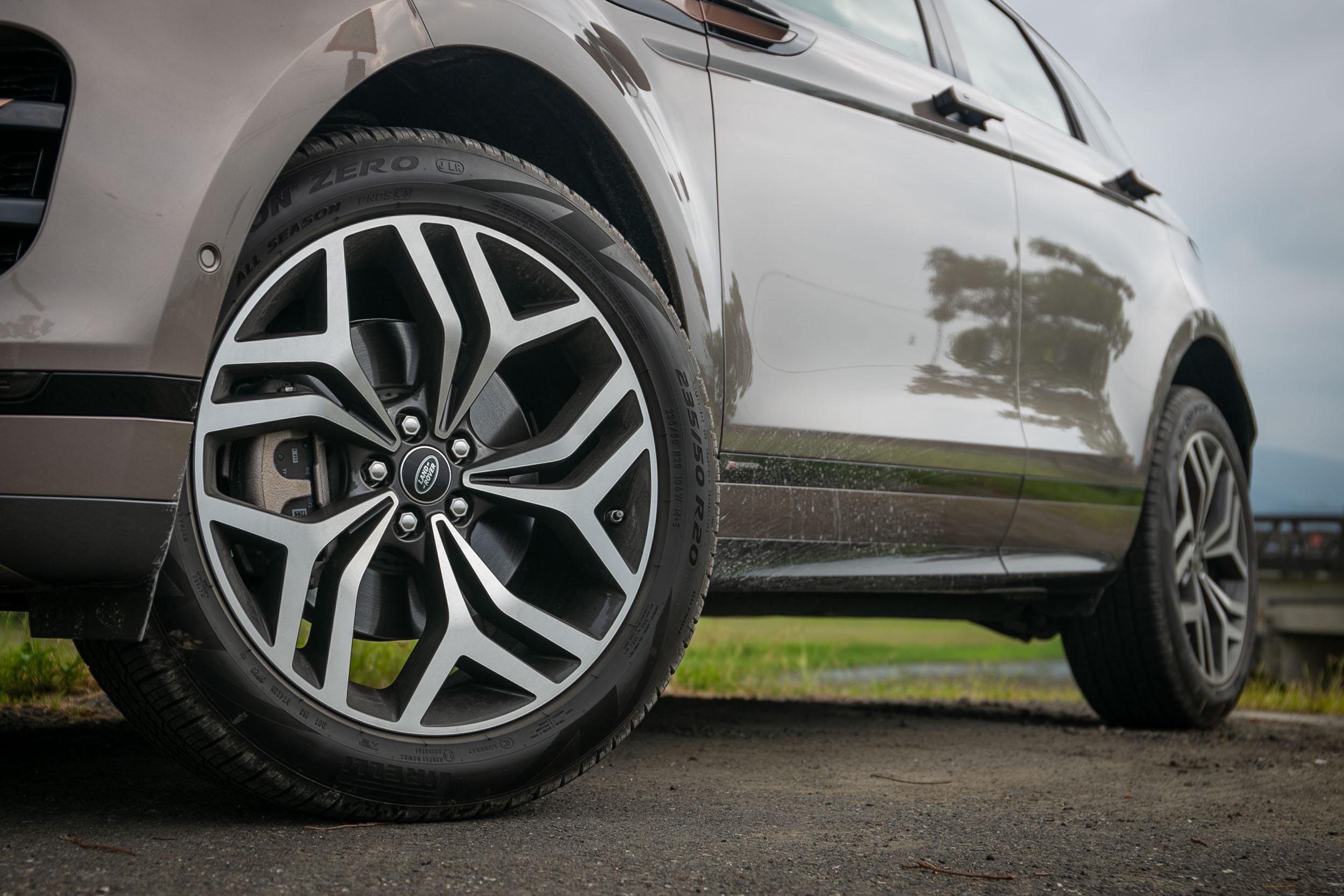 試駕車款選配 5 幅亮澤深灰鑽石塗裝輪圈,選配價為 15,000 元。