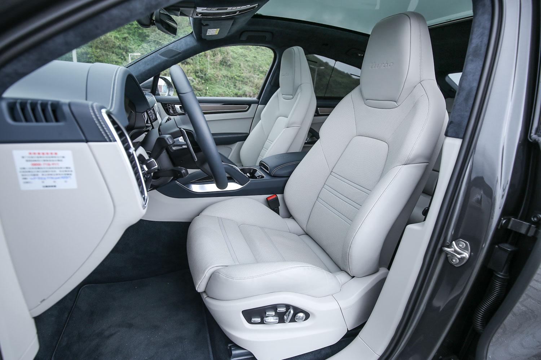 前座 18向電動調整跑車座椅、前後座電熱功能都是標準配備。