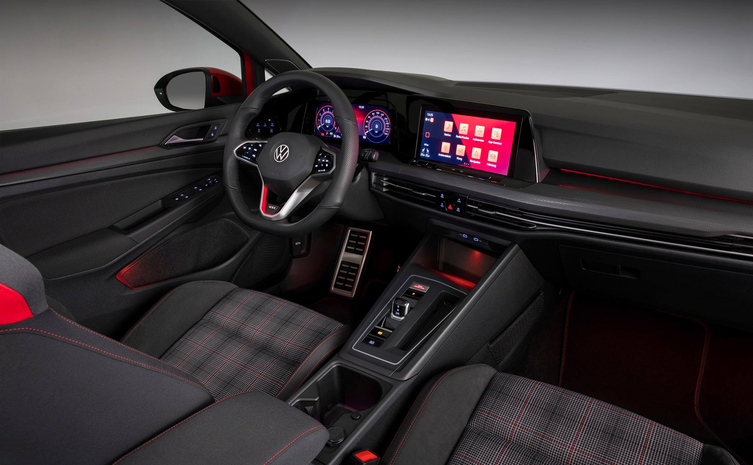 蜂巢紋中控台、車門飾板和金屬踏板也是 Golf 8 GTI少不了的專屬特色。
