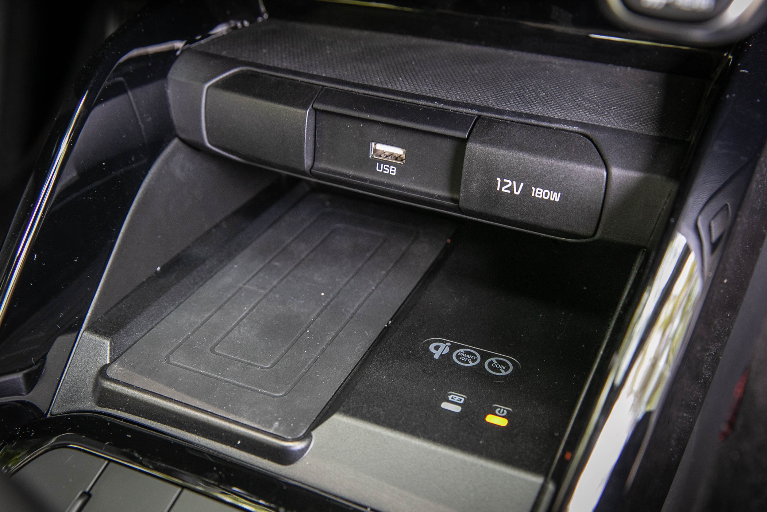 提供給優先下訂的車主所配備的無線充電板。
