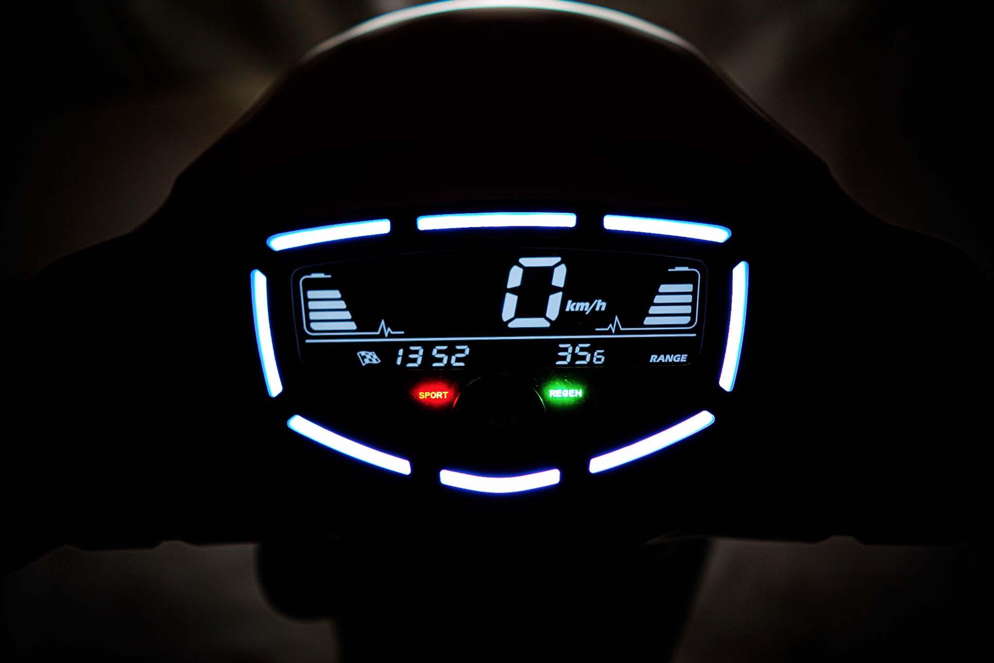 EQ 智慧多功能儀表。