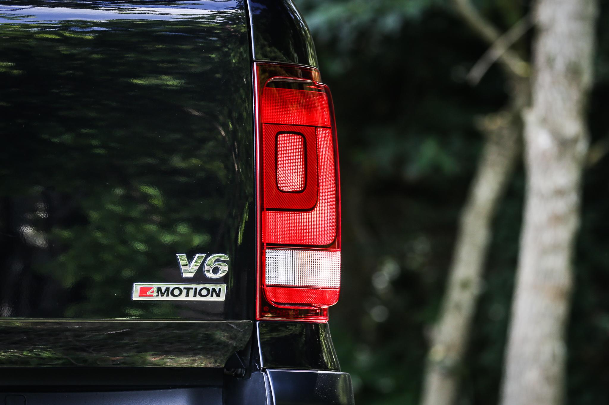 車尾銘牌清楚說明自身動力規格與驅動方式。