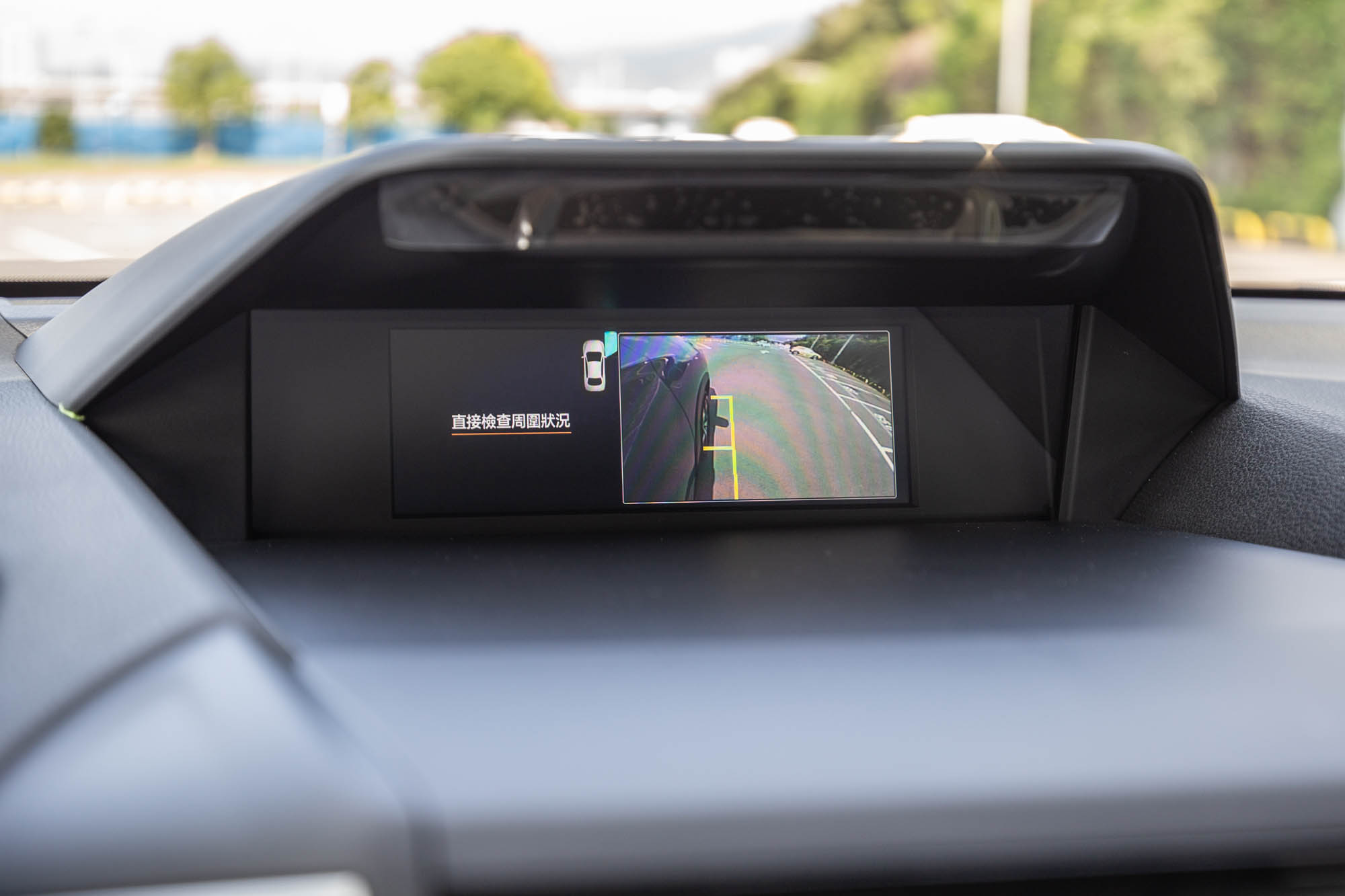 按下排檔座一側的「VIEW」功能後,會啟動 SVM 車側影像輔助系統。