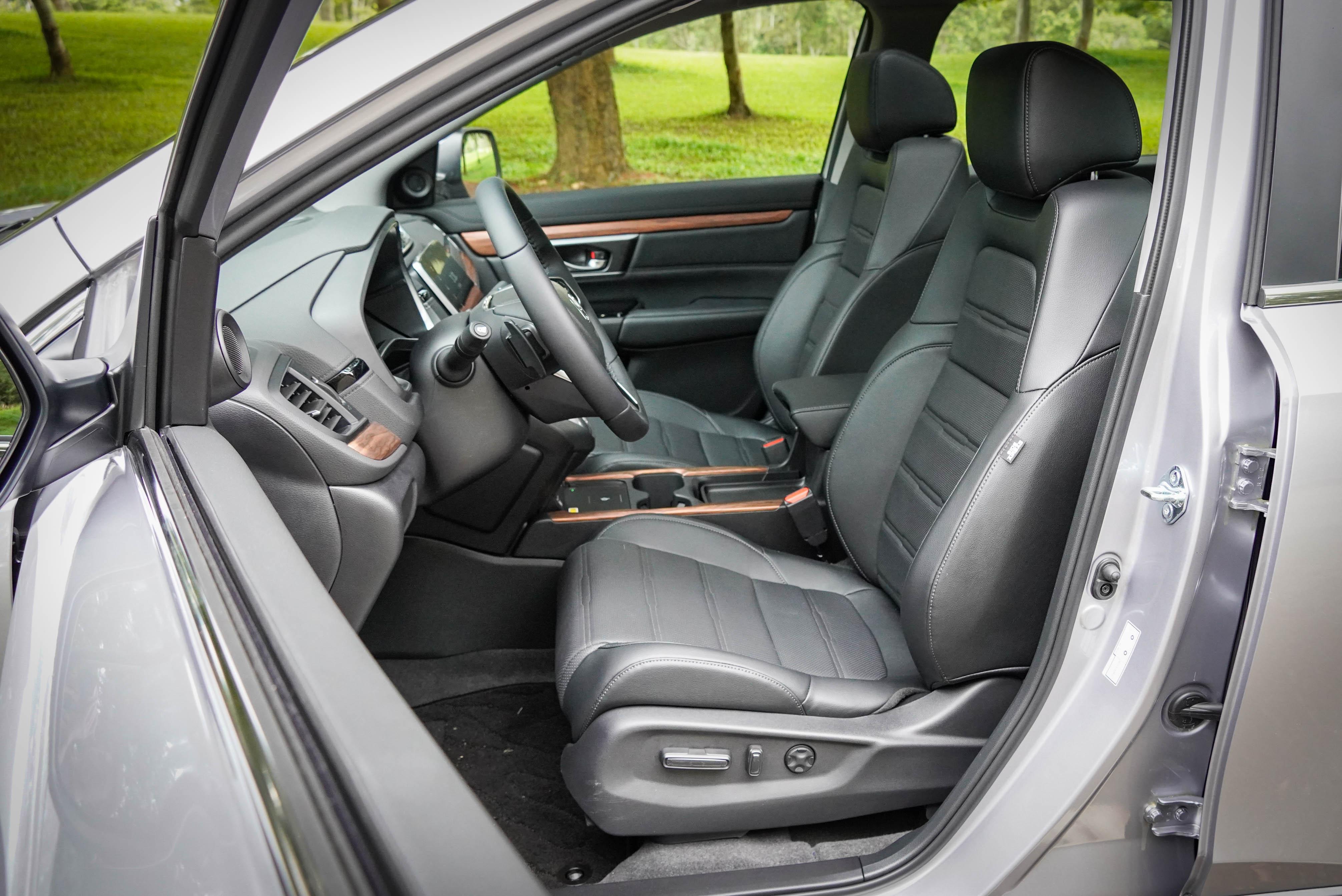 駕駛座 12 向電動座椅調整、副駕駛座4 向電動座椅調整為 S 車型配備。