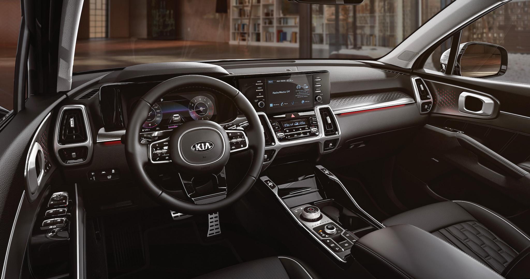 科技化車艙氛圍的車室空間搭載 12.3 整合智慧型全數位儀錶板,與駕駛艙中央的8吋多媒體影音觸控螢幕,搭配 E-SHIFT 電子旋鈕排檔。