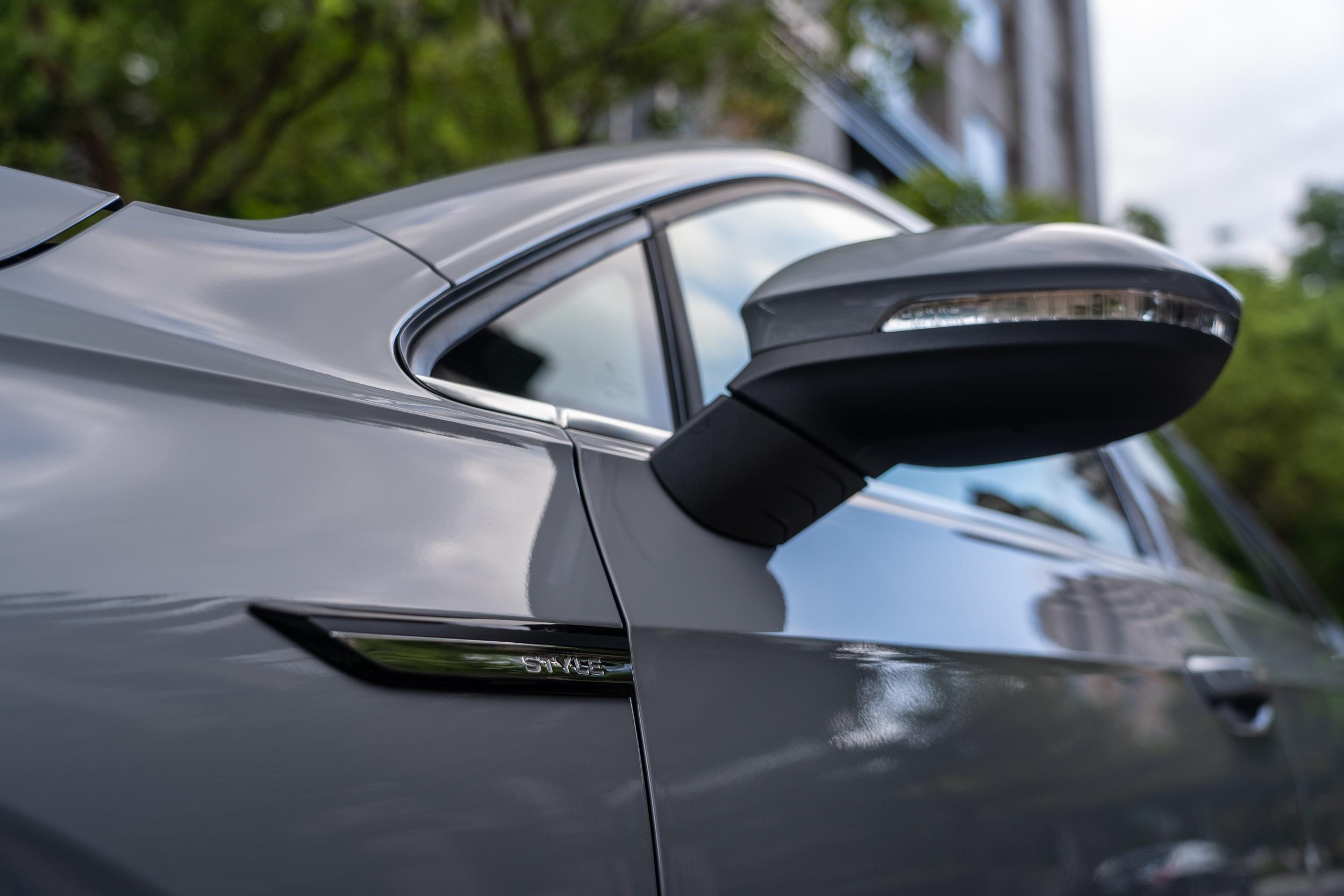 前葉子板上有著標明「STYLE」的車身銘牌。