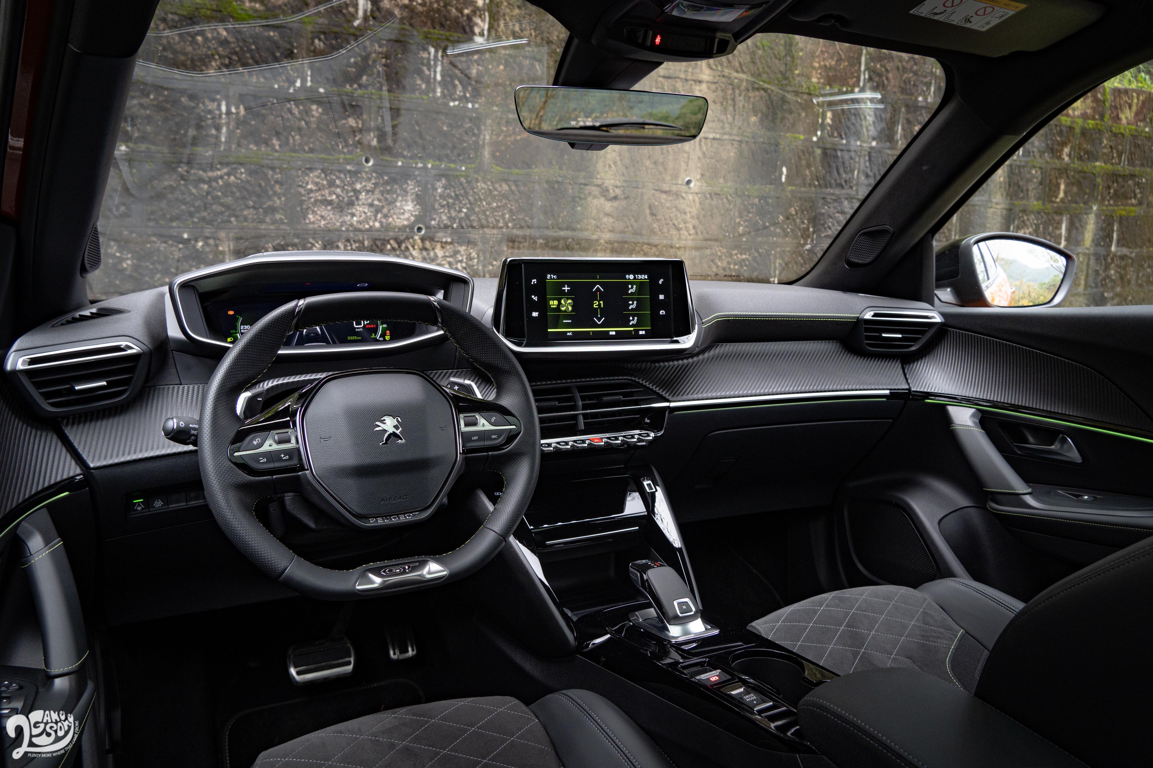 駕駛導向的雙層式座艙,除了科技味濃厚,也兼顧到空間機能。