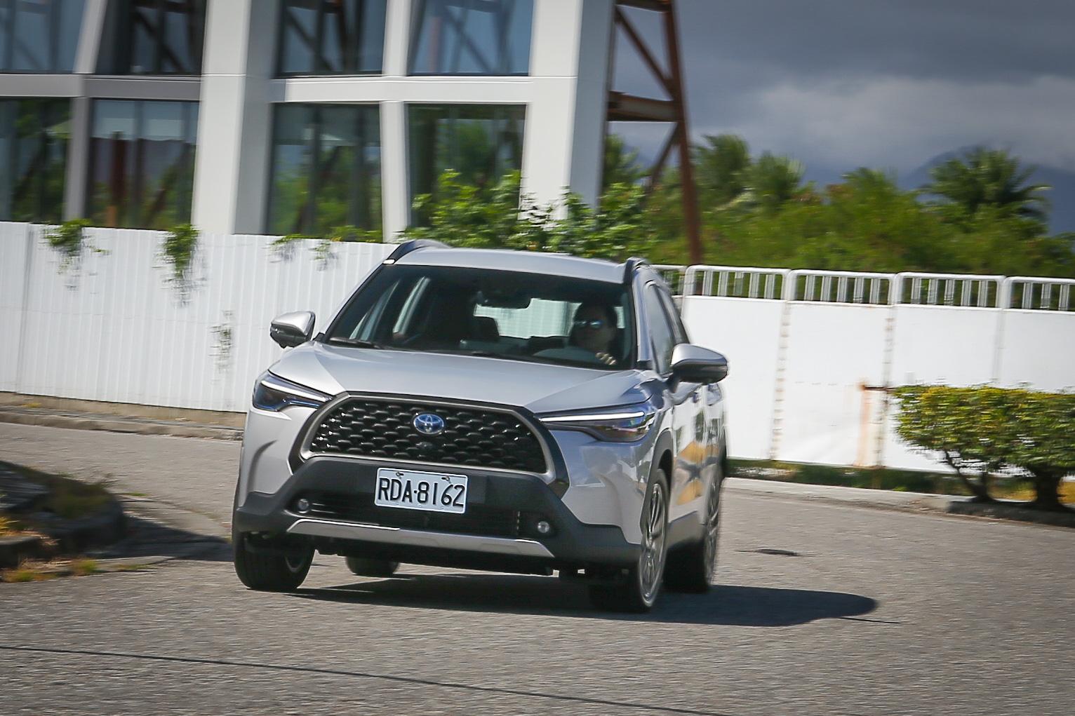 彎中表現四平八穩,但由於懸吊以舒適調校為主,車身側傾表現不如其他強調運動化的 CUV 來得出色。