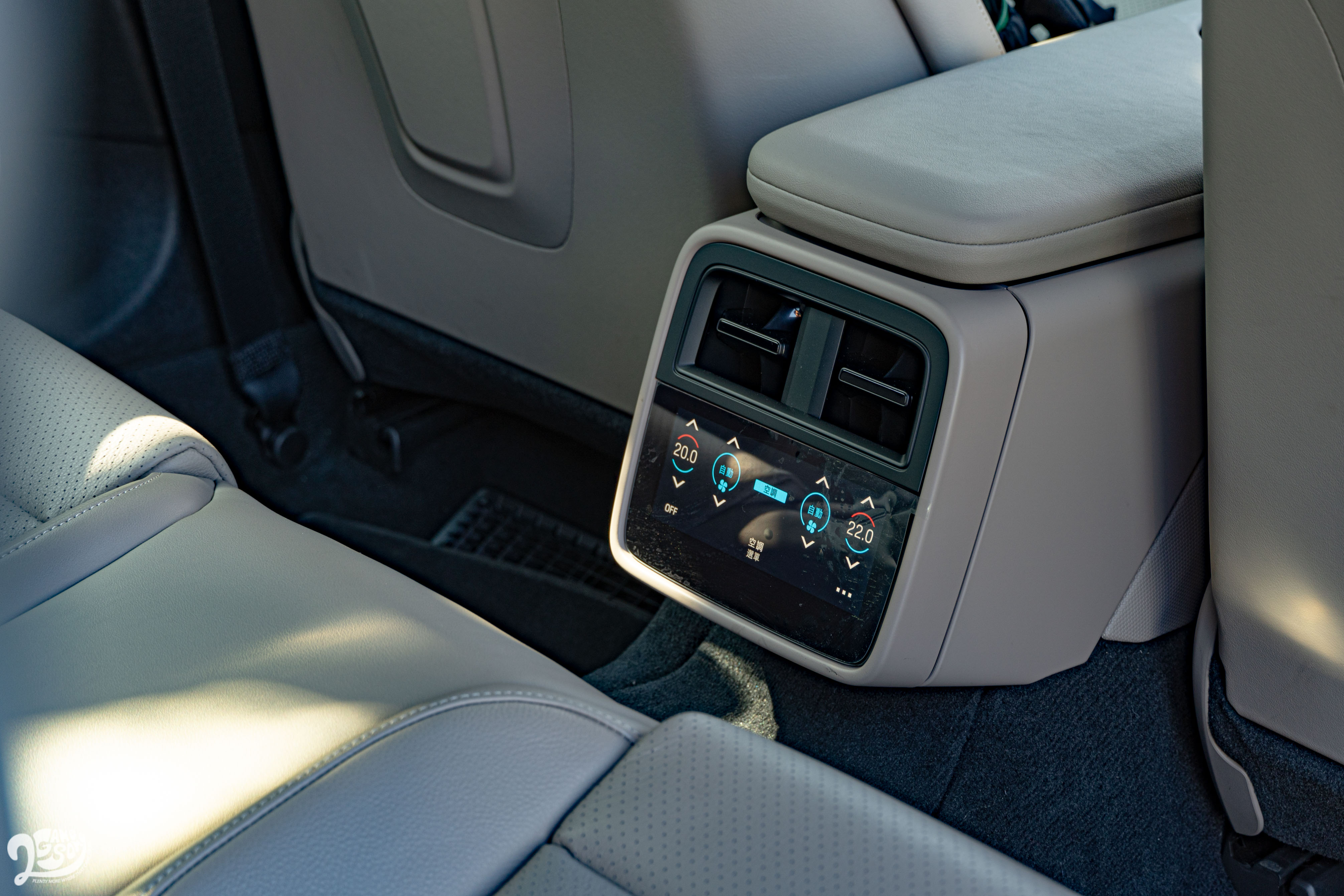 後座空調透過觸控螢幕控制。