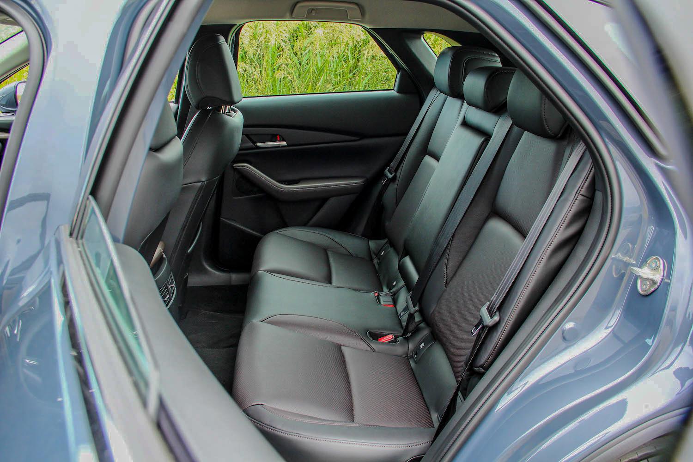 後座因為 C 柱拉直而改善了 Mazda 3 的侷促感。