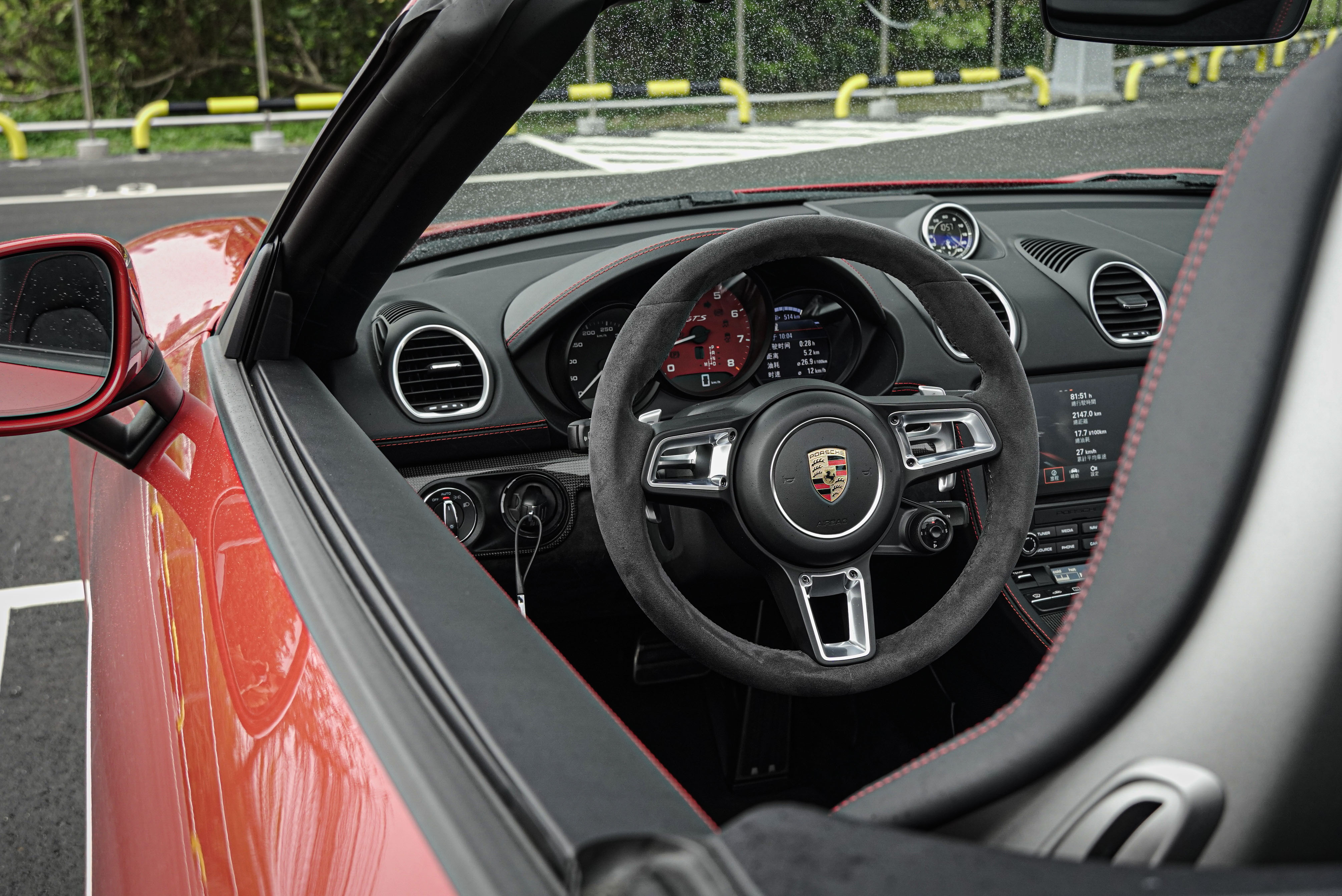 GT 跑車式方向盤盤徑恰到好處,握把粗細度也非常就手,麂皮包覆觸感更是加分。