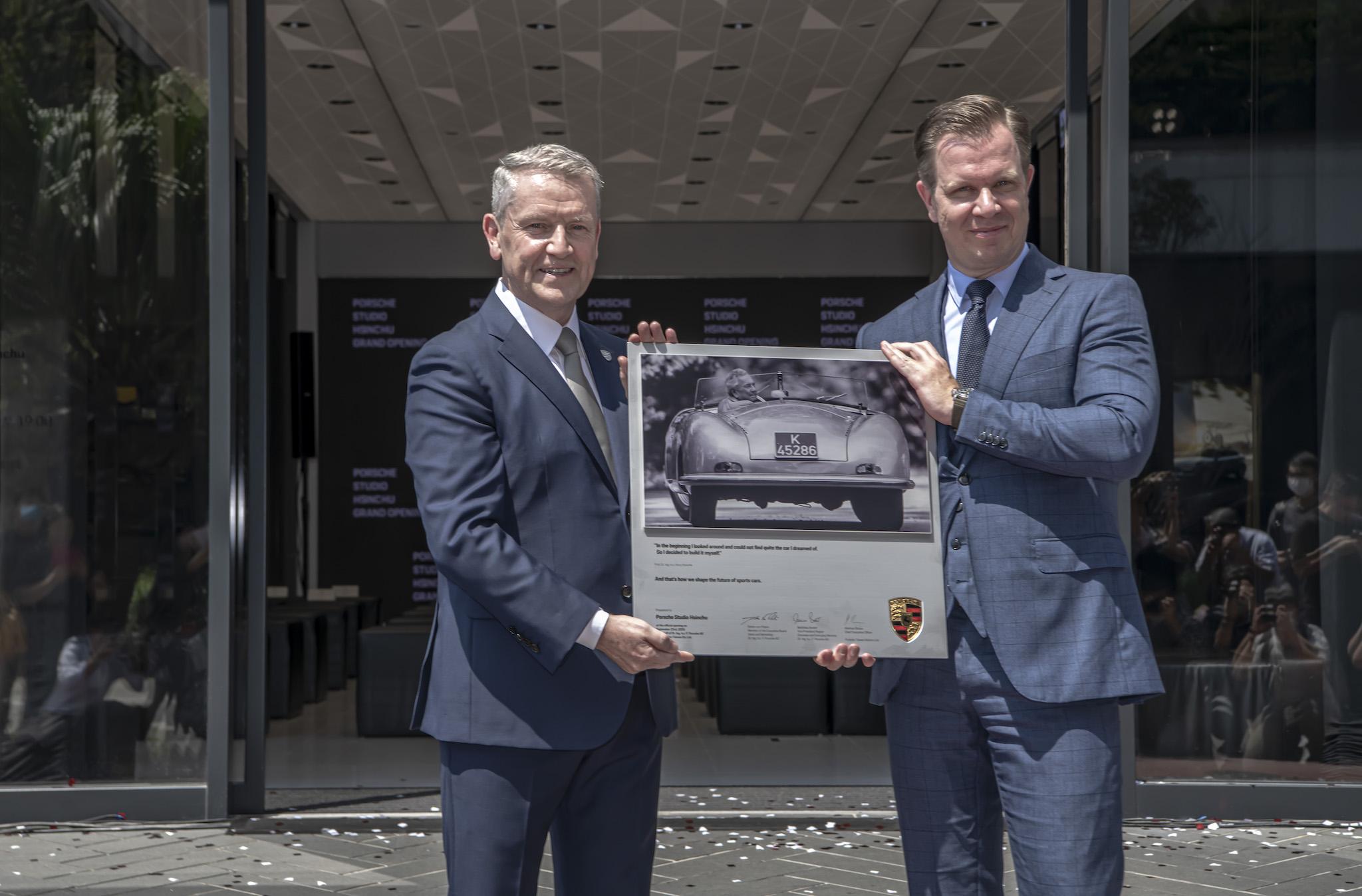 (由左至右)智華汽車董事總經理 Graeme Hunter與台灣保時捷總裁 Mathias Busse。