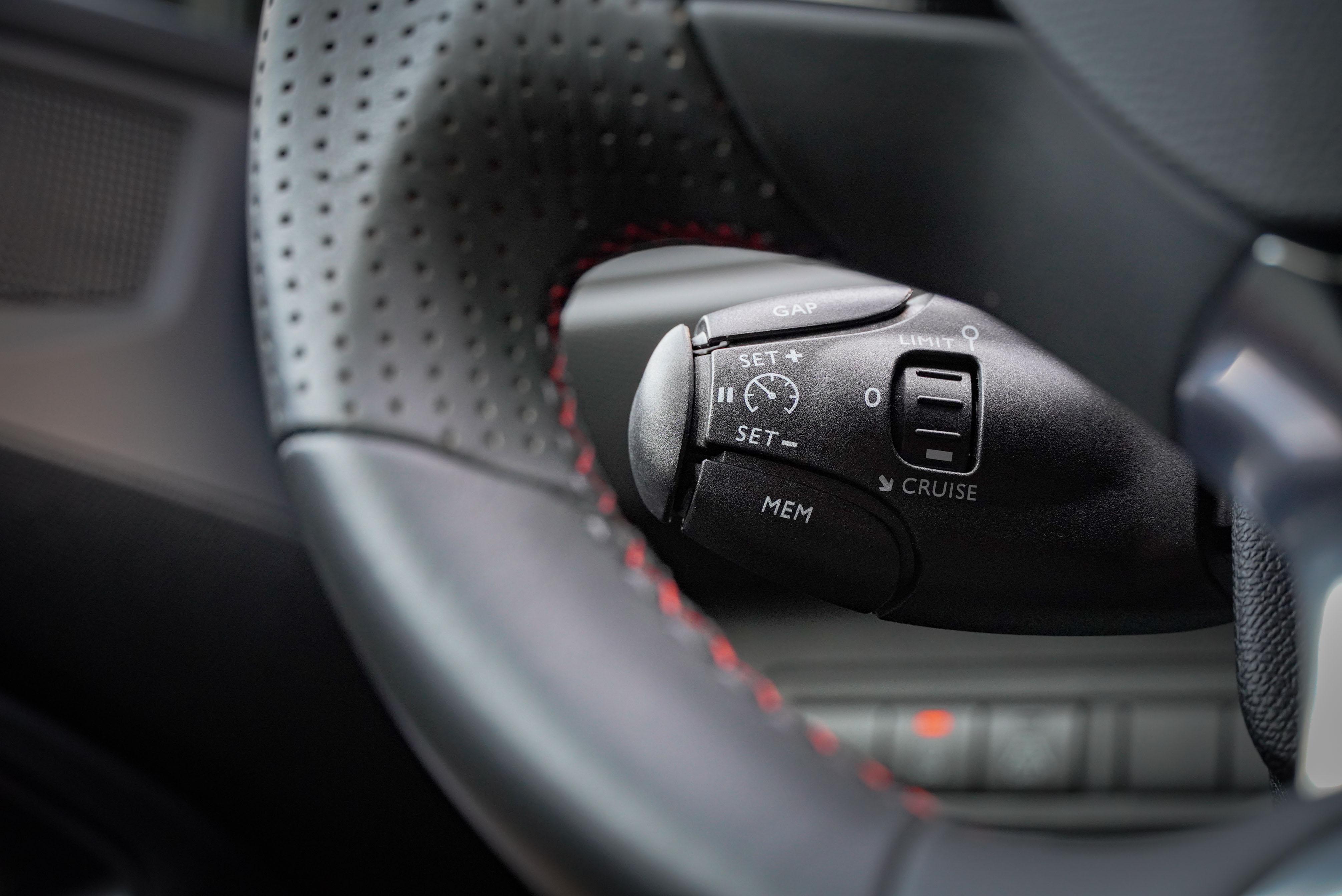 ACC 主動式定速巡航系統控制桿位於方向盤左後方。