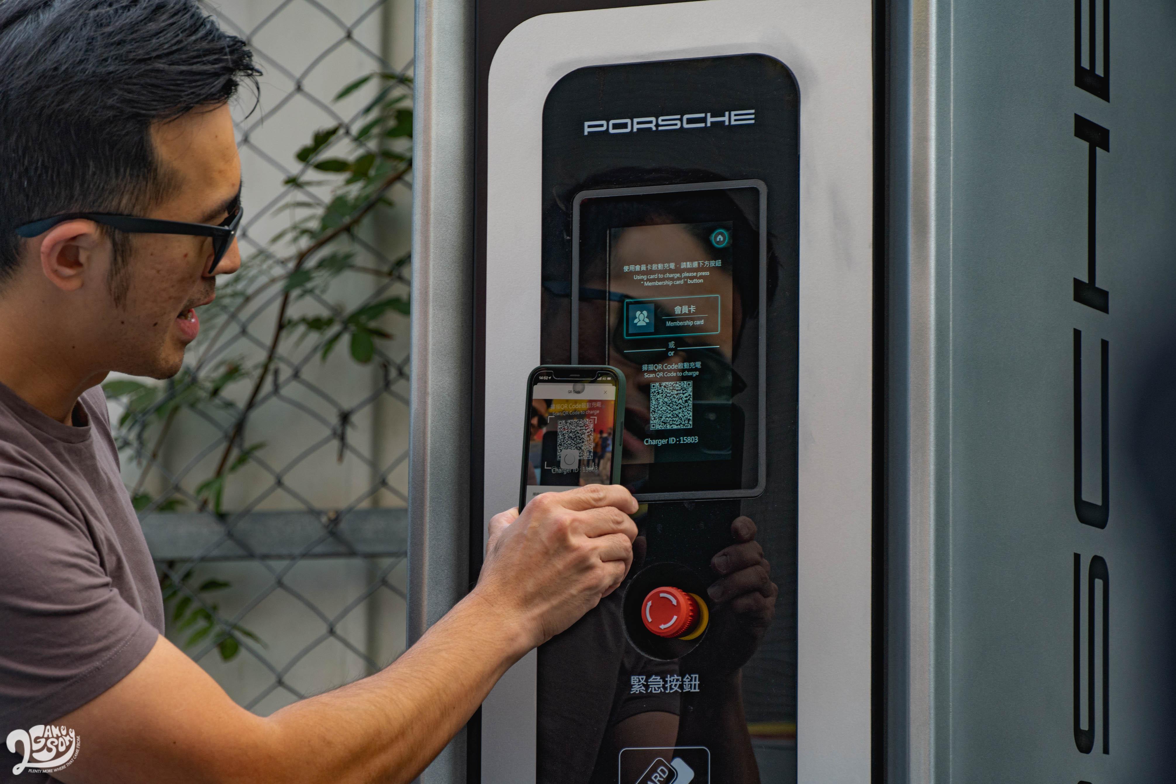 再使用「台灣充電服務尊榮卡」或手機 App 掃描 QR Code 即可使用