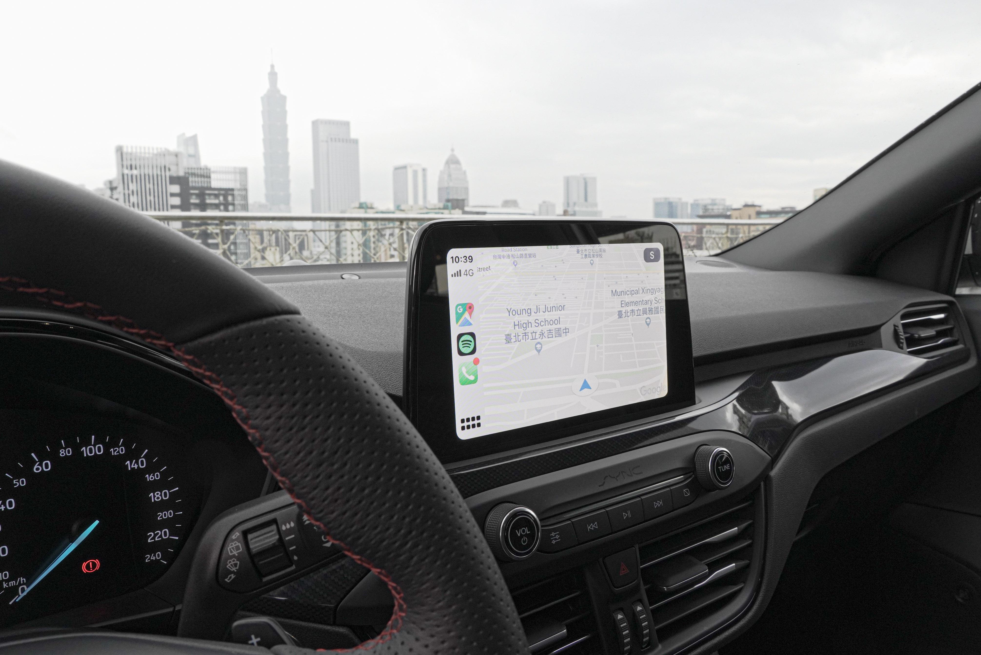 8 吋懸浮式全彩 LCD 觸控螢幕支援 Apple CarPlay、Android Auto。