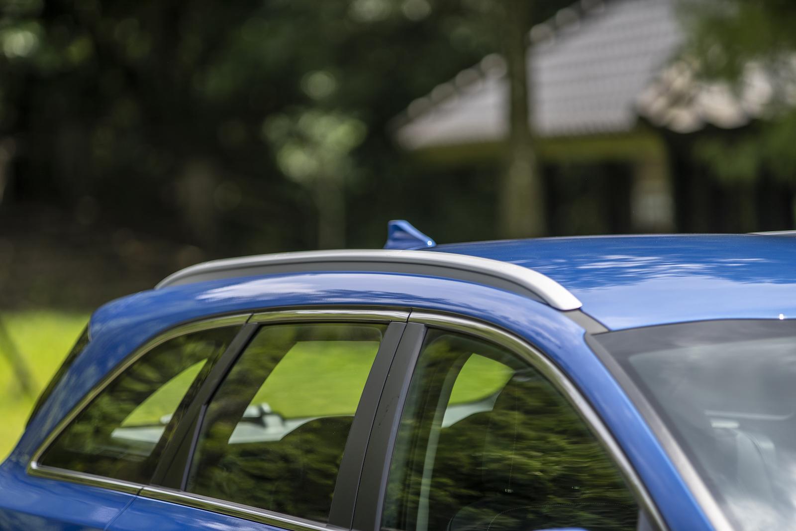 霧銀塗裝的一體式車頂架。