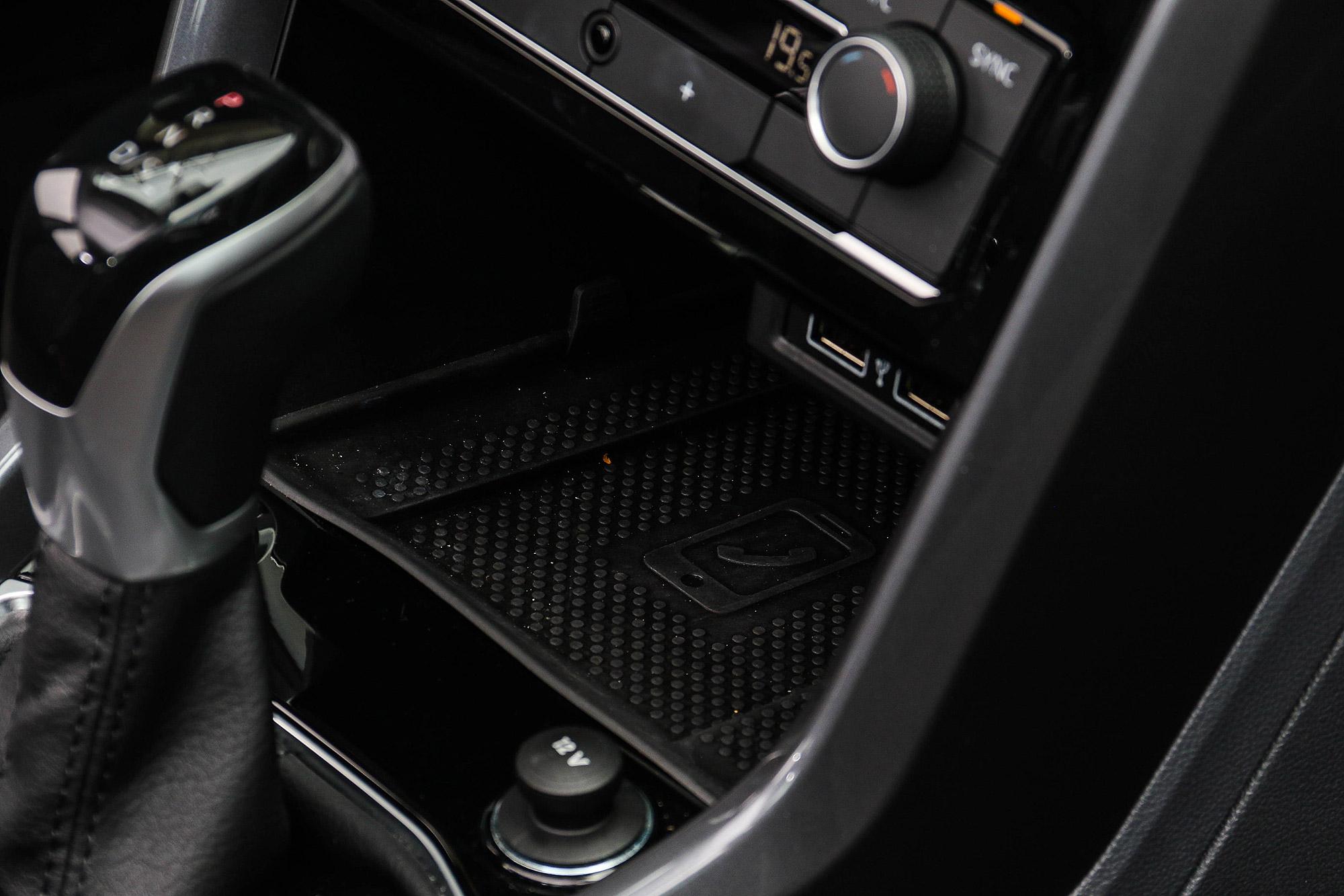 手機無線充電與支援 Apple CarPlay 以及 Android Auto 的 App-Connect 為 Life 車型以上標配。