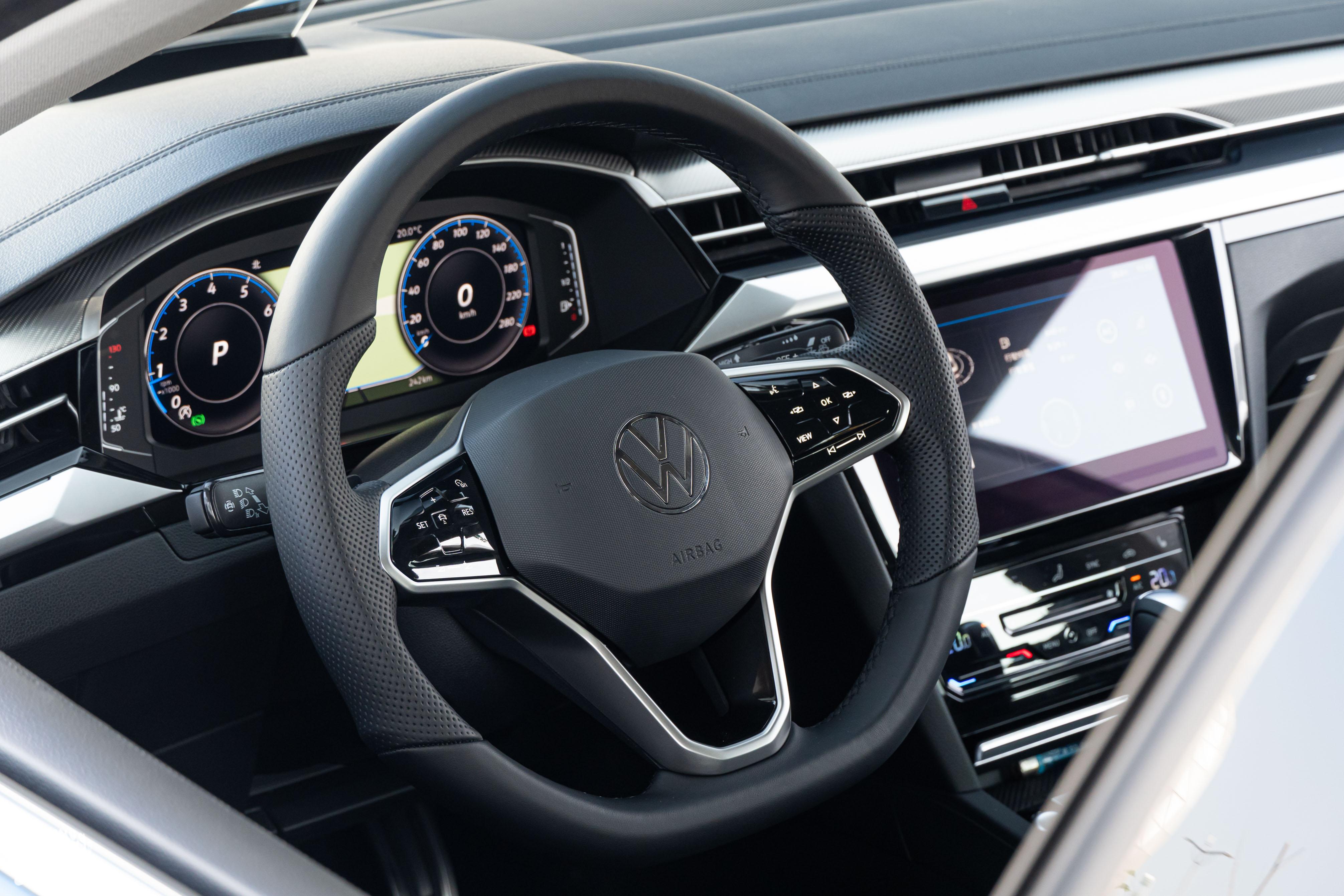 三輻式運動化多功能觸控方向盤為車系標配。
