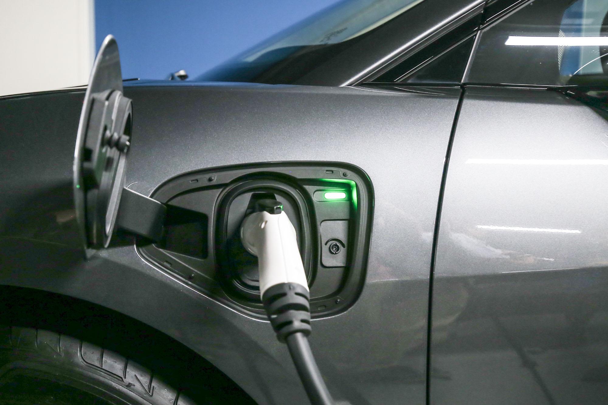 I-Pace 可以搭配專屬快充從 40 分鐘內從沒電充滿至八成電力,若使用一般家用壁掛式充電器,則需要 10 小時。