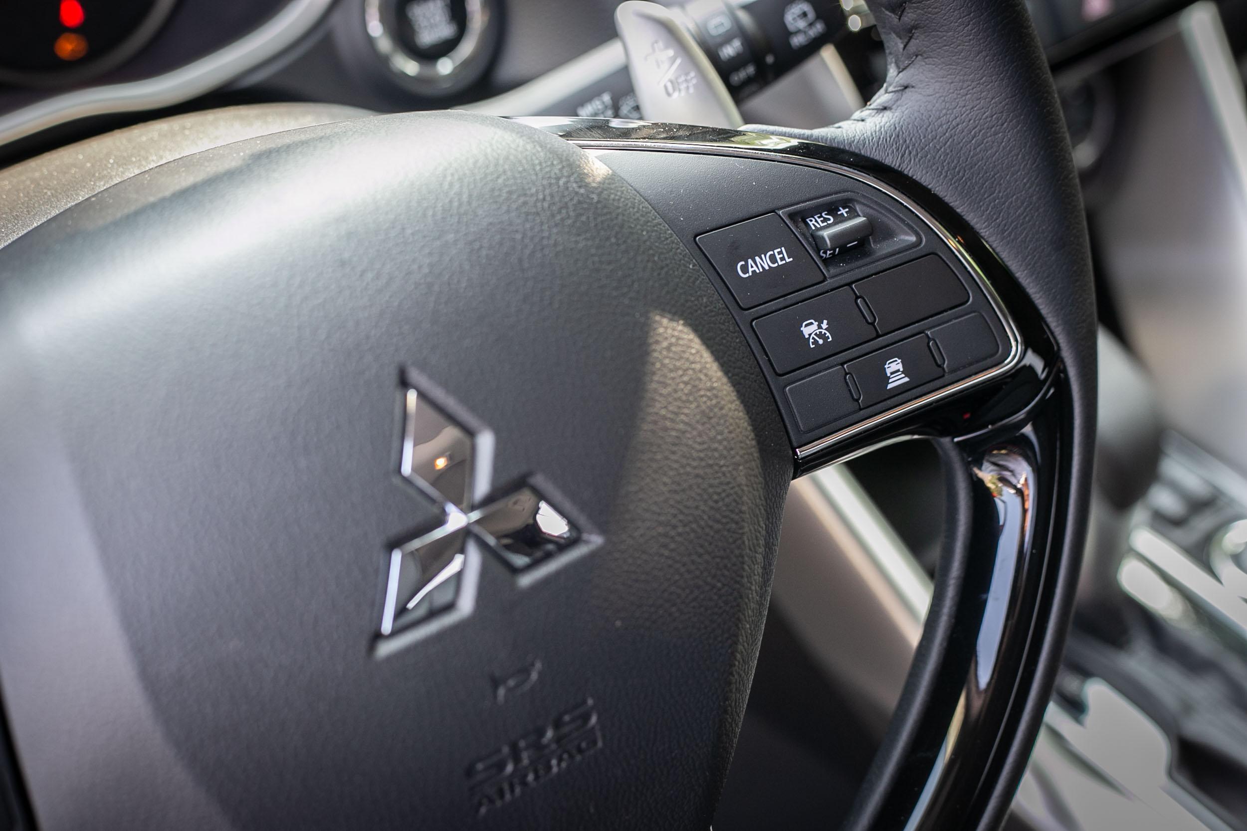ACC 主動車距控制巡航系統操作介面設置於方向盤右側。