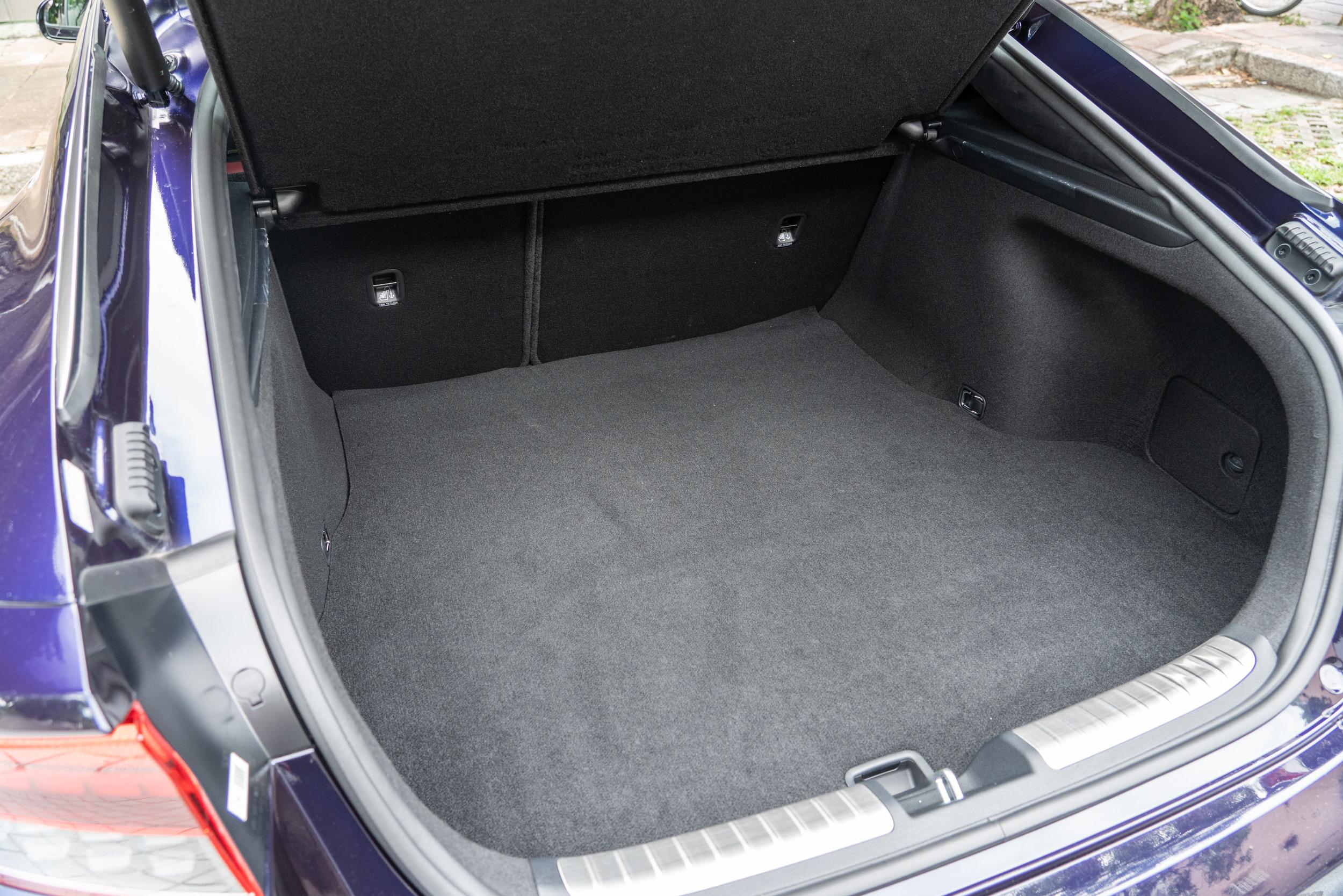 透過後座椅背 6/4 分離機制調整,後廂容積可在 406~1114 公升間彈性調整。