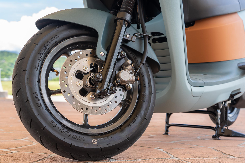 VIVA XL 前後輪圈都是 12 吋,前煞車碟盤直徑為 220 mm打孔碟。
