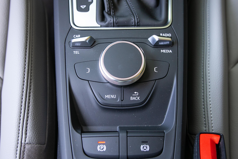 MMI radio plus 多媒體系統的控制介面位於中央鞍座處。