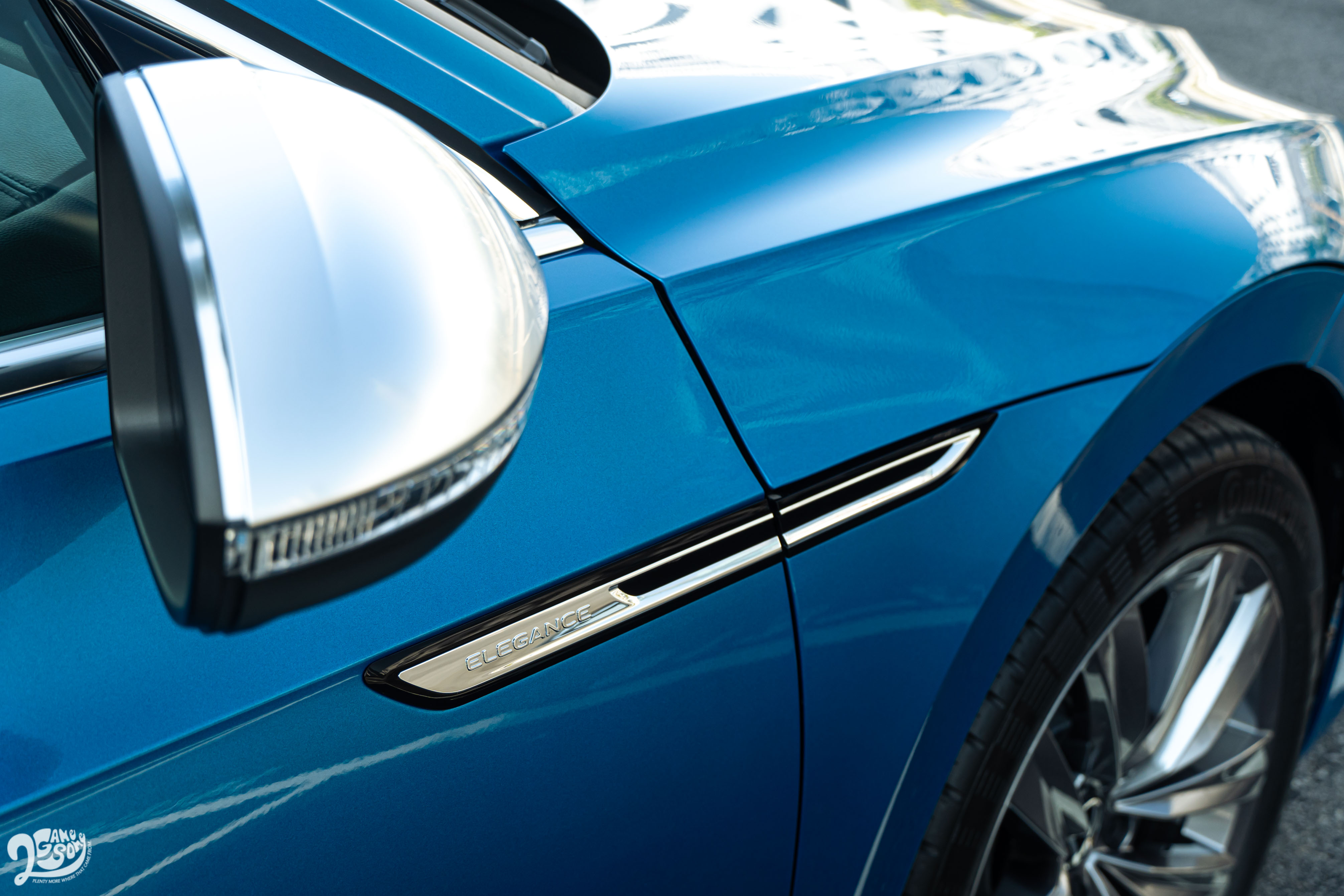 從前葉子板延伸至前車門的飾板搭配霧銀後視鏡外殼,都是 Elegance 套件專屬內容。