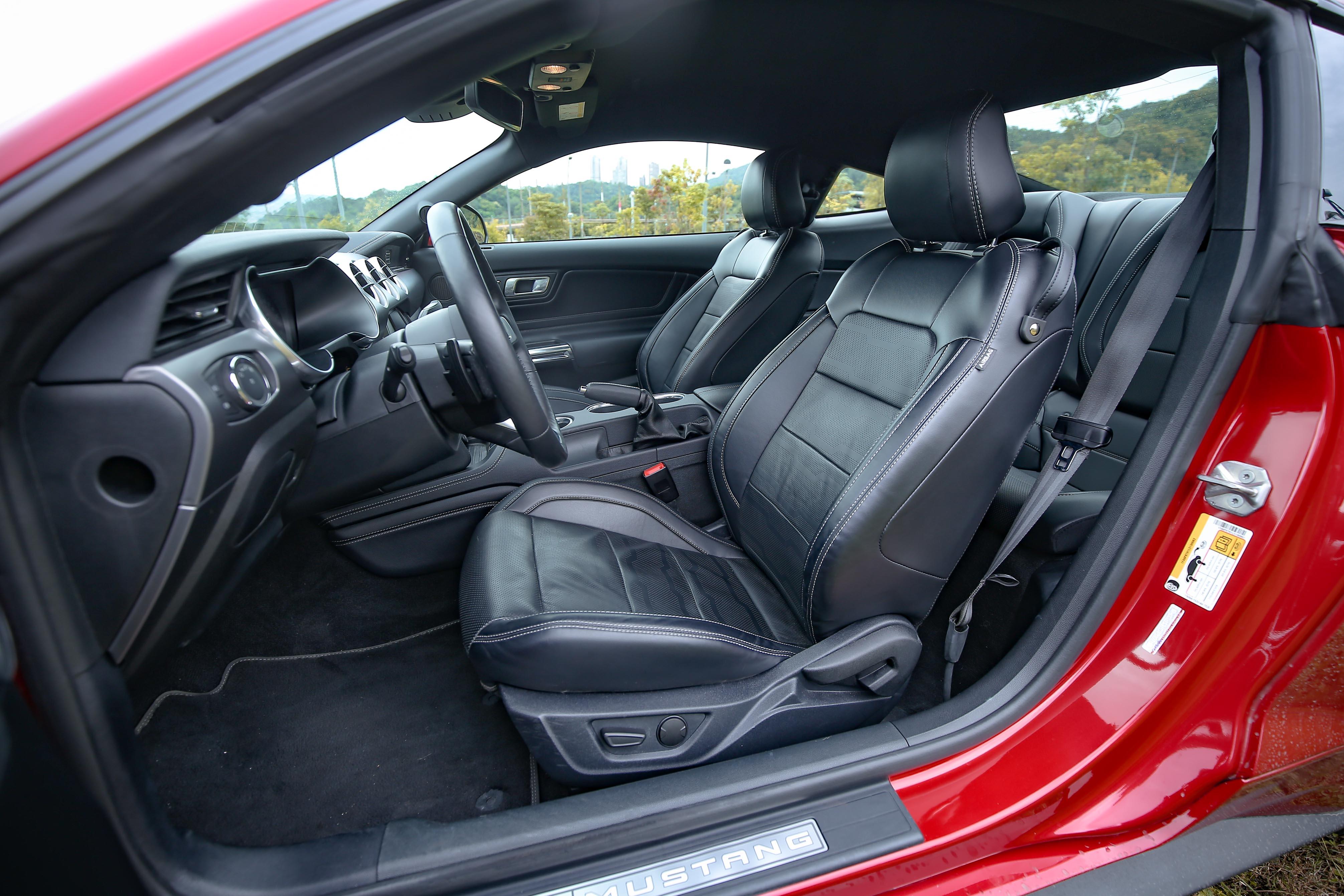 Black Shadow Edition 標配運動型皮質座椅,附雙前座六向電動調整及駕駛座電動腰靠調整。