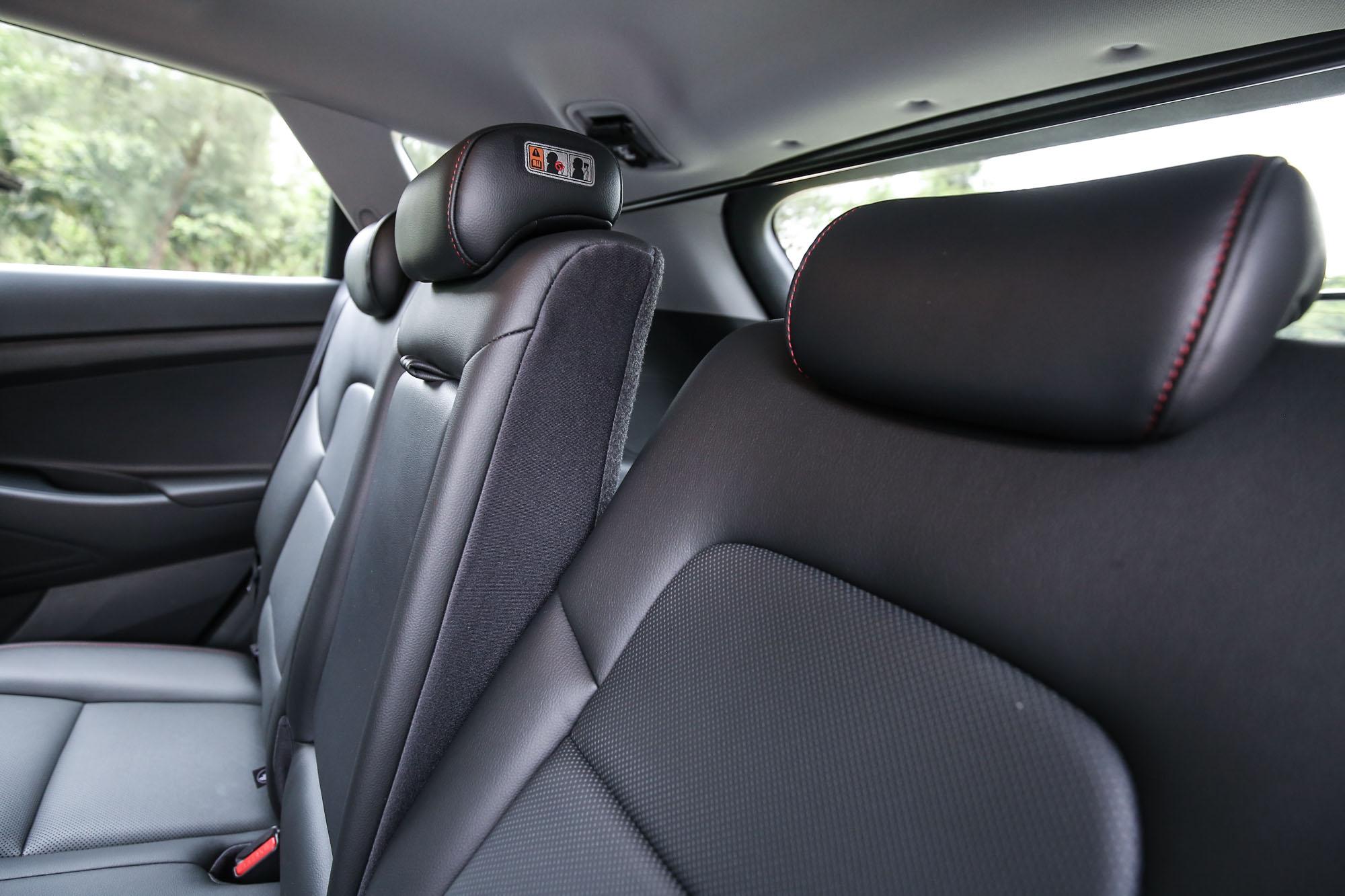 後座椅背具備角度可調機制。