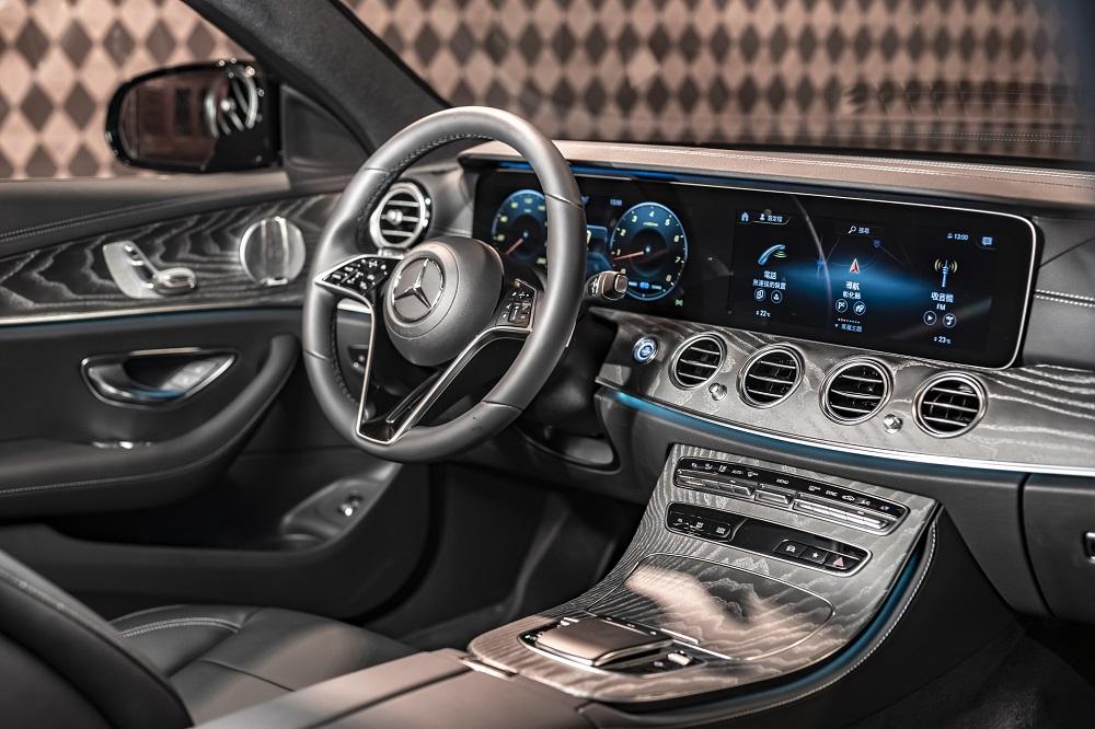 全新 E-Class 全車系標配 Intelligent Drive 智慧駕駛輔助套件 (23P) 和 MBUX 多媒體系統。