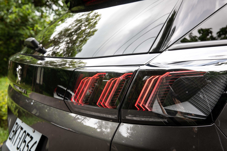 車尾獅爪般的LED尾燈造型,近看更可發現燈型設計的細微巧妙。
