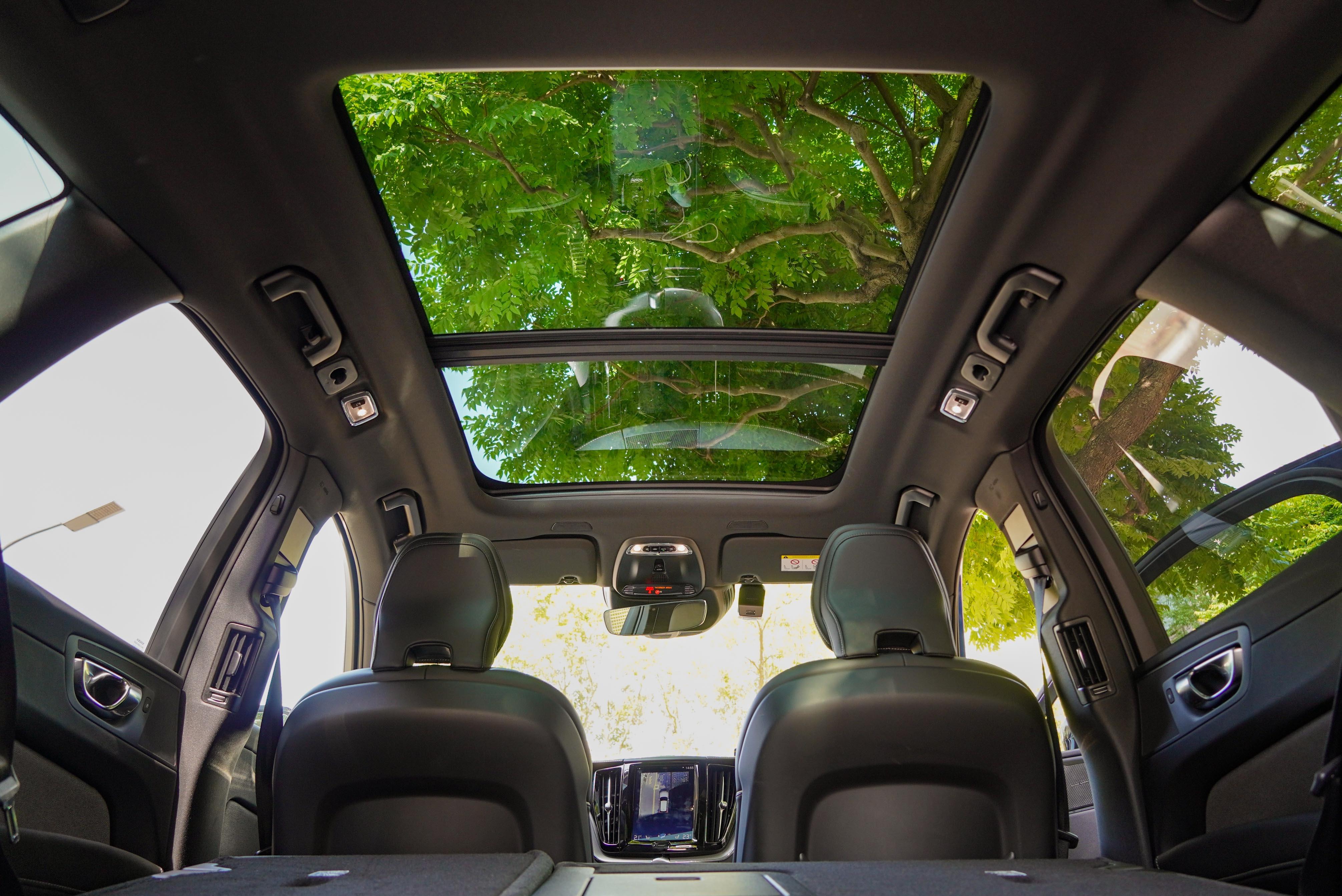 全車系標配全景式電動天窗 。