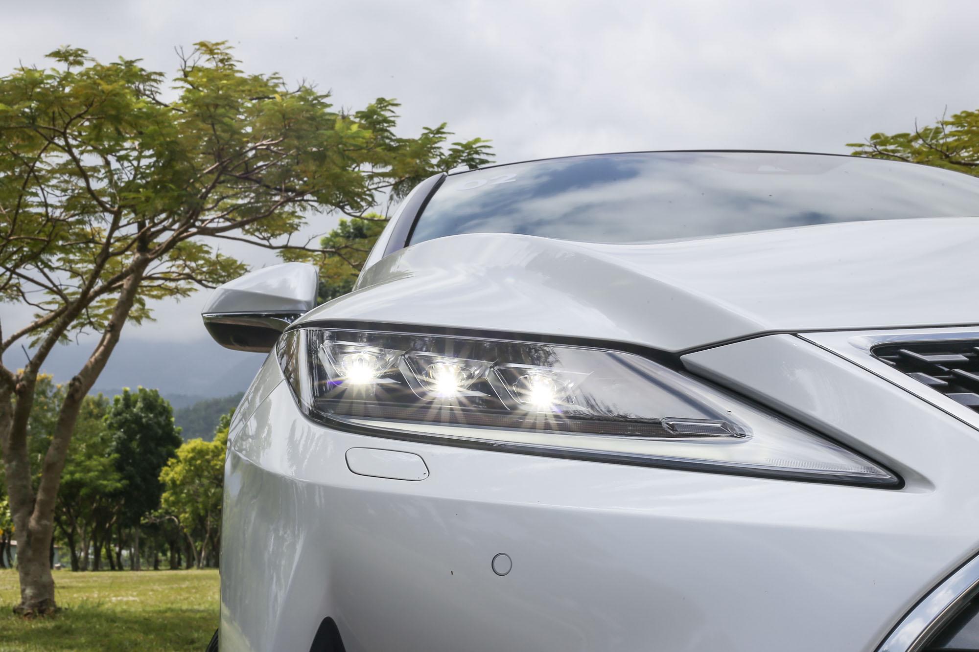 導入 BladeScan Type AHS 智慧型遠光燈自動遮蔽系統,把 LED 光源投射在 6000rpm 的高速旋轉鏡片葉片上來反射光源,同時透過以每 50 微秒為單位高速啓閉的 LED 光源,精準控制照射與遮蔽範圍,有效強化夜間照明與提升安全防護。