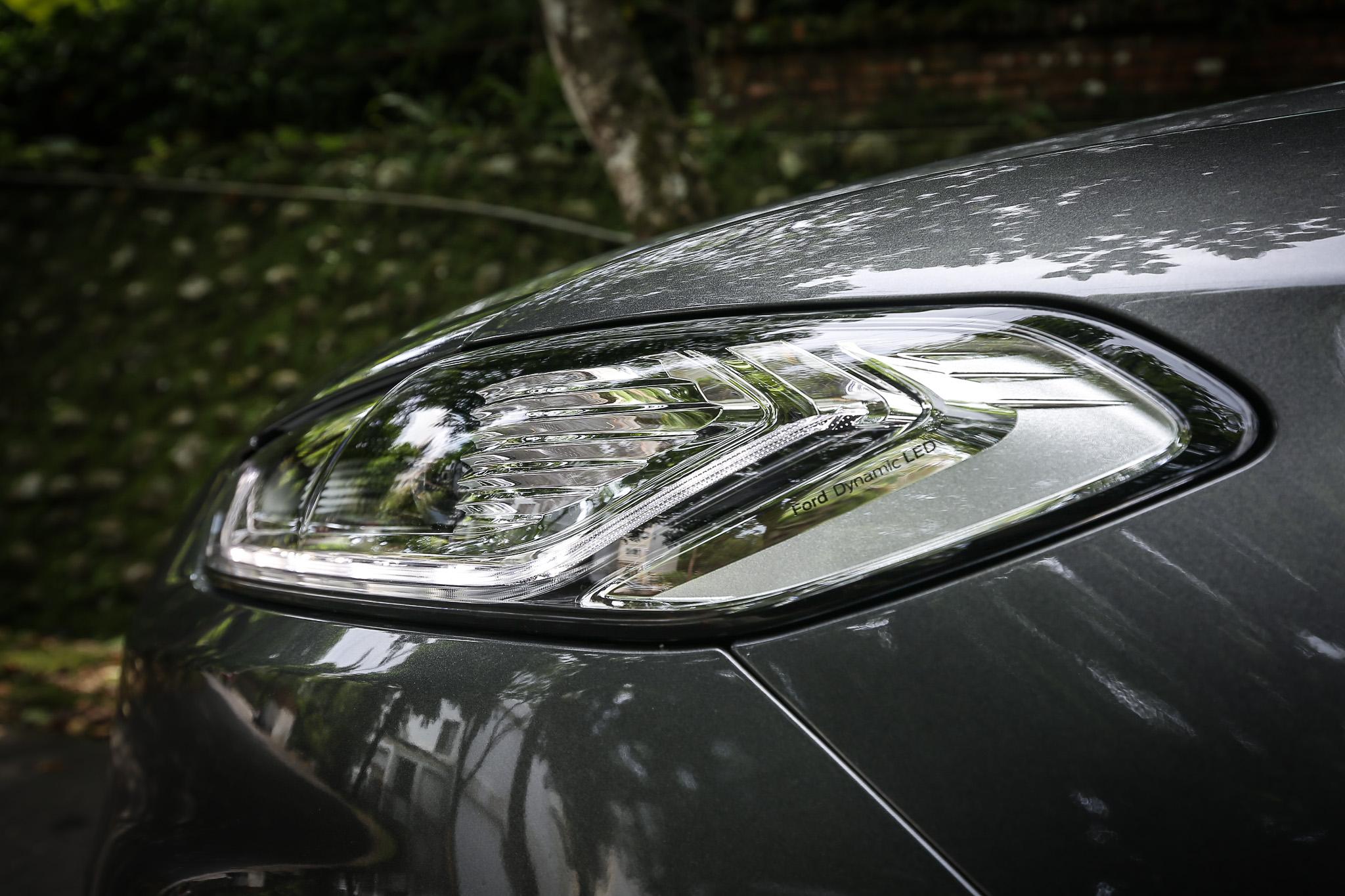 Ford Dynamic LED 智慧頭燈,搭載 AFS 頭燈主動式轉向照明輔助系統,並整合 AHB 自動遠光燈、光感應自動啟閉頭燈、LED 日行燈及 LED 序列式方向指示燈。