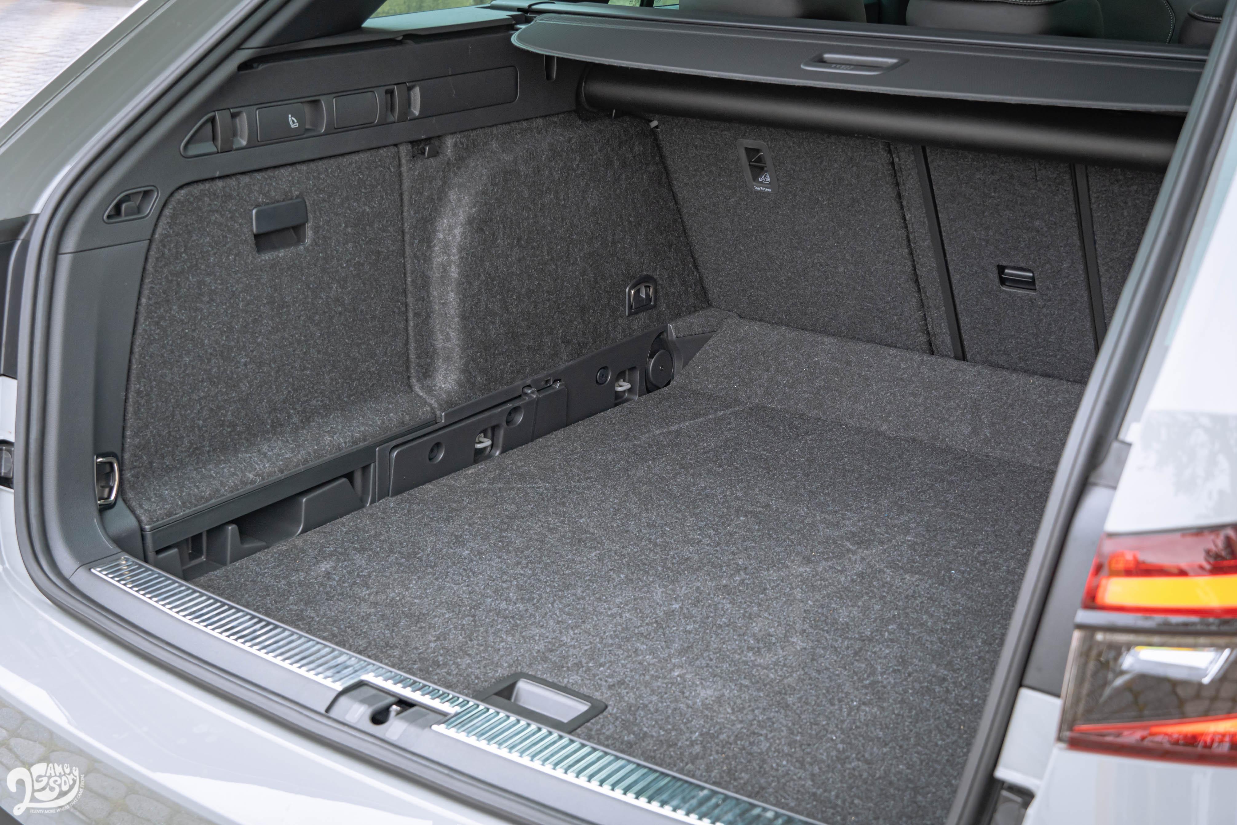 行李廂底板有雙層設計,側邊有椅背倒平拉柄。