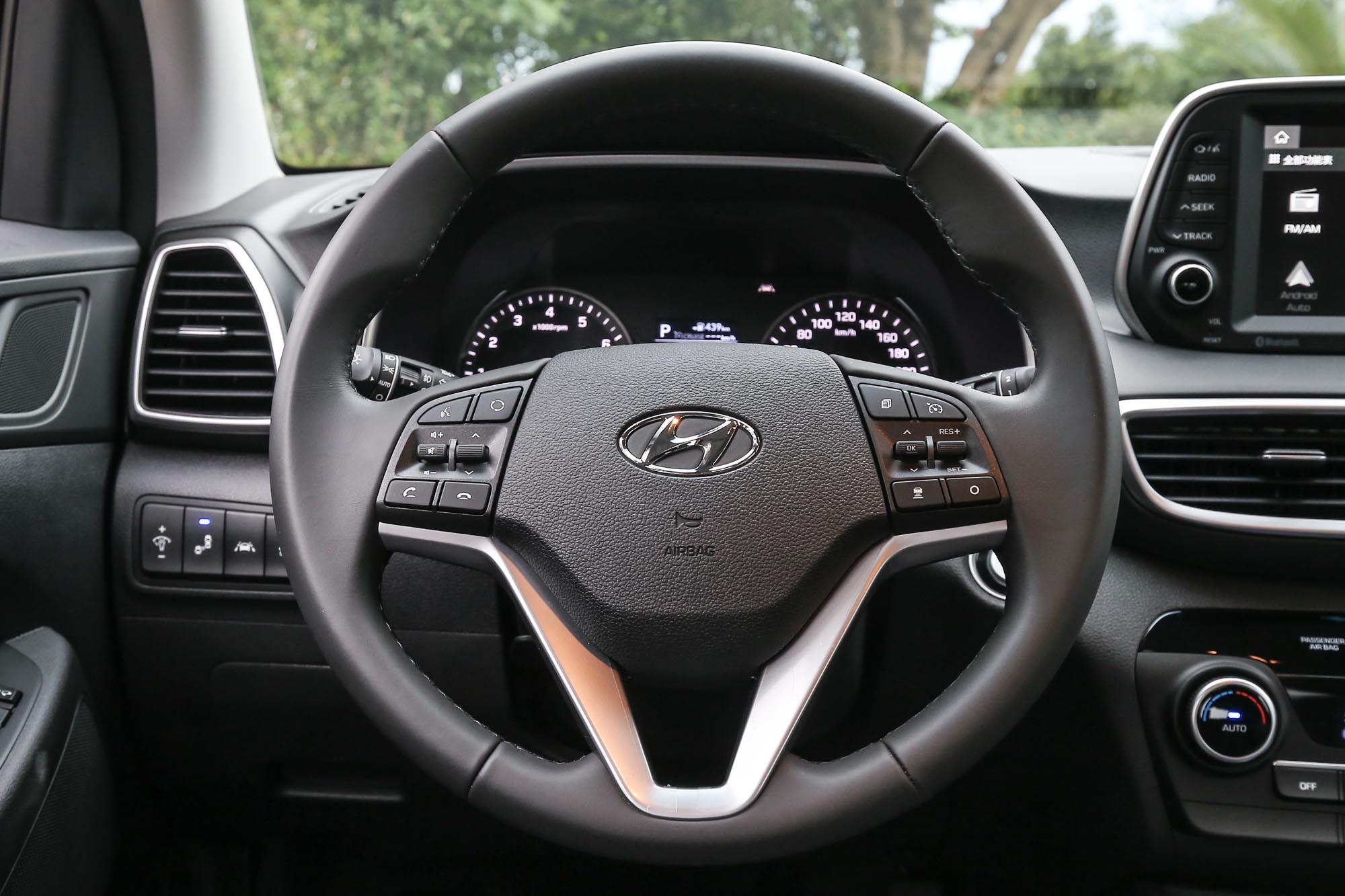 多功能方向盤具備四向可調整功能是全車系標配。