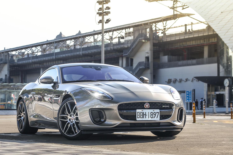 試駕車型為 Jaguar F-Type  3.0L AWD R-Dynamic,售價為新台幣 387 萬元。