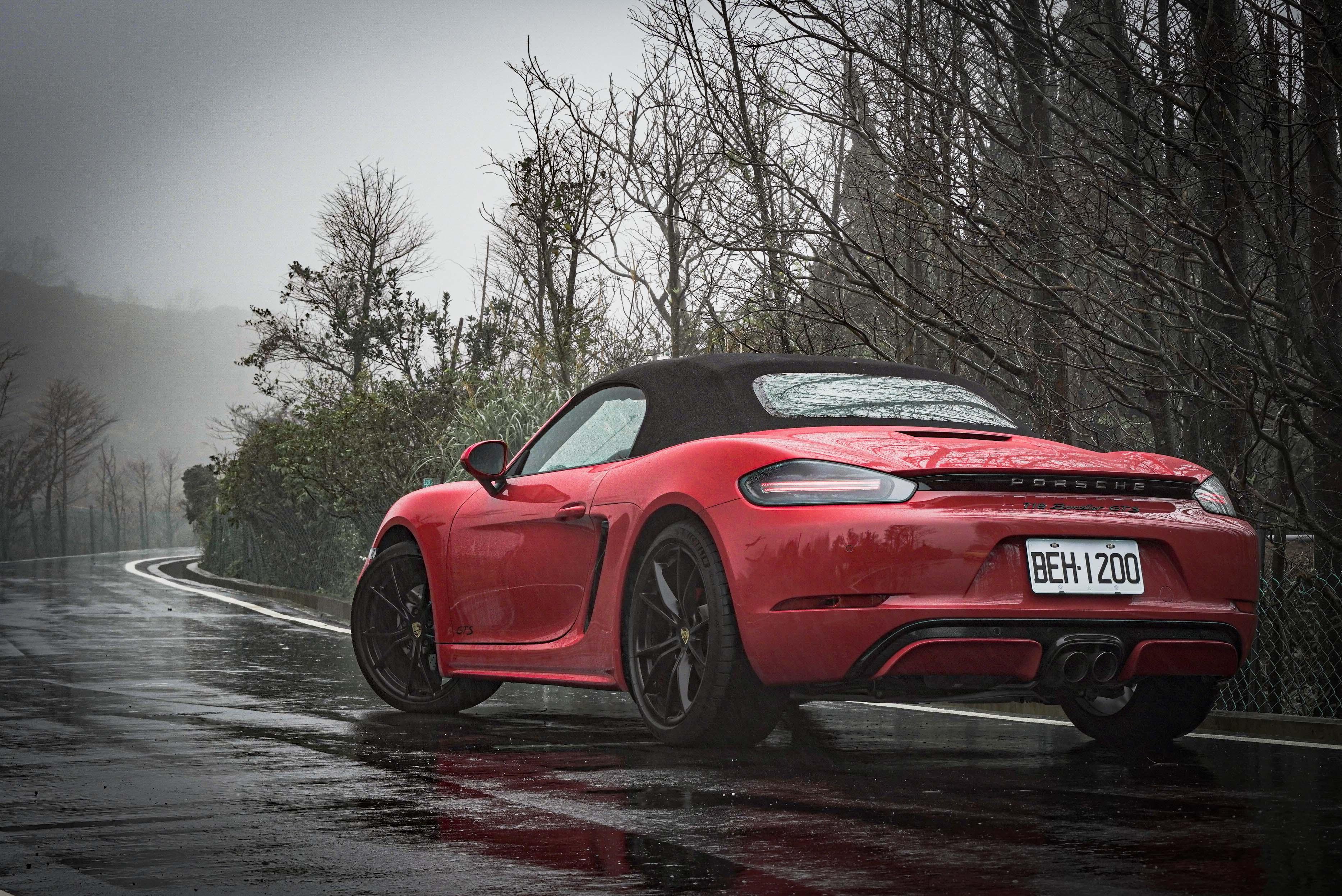 Boxster GTS 試駕車型選配 Carmine Red 胭脂紅特殊車色,以及高亮澤黑色 SportDesign 造型外觀套件。