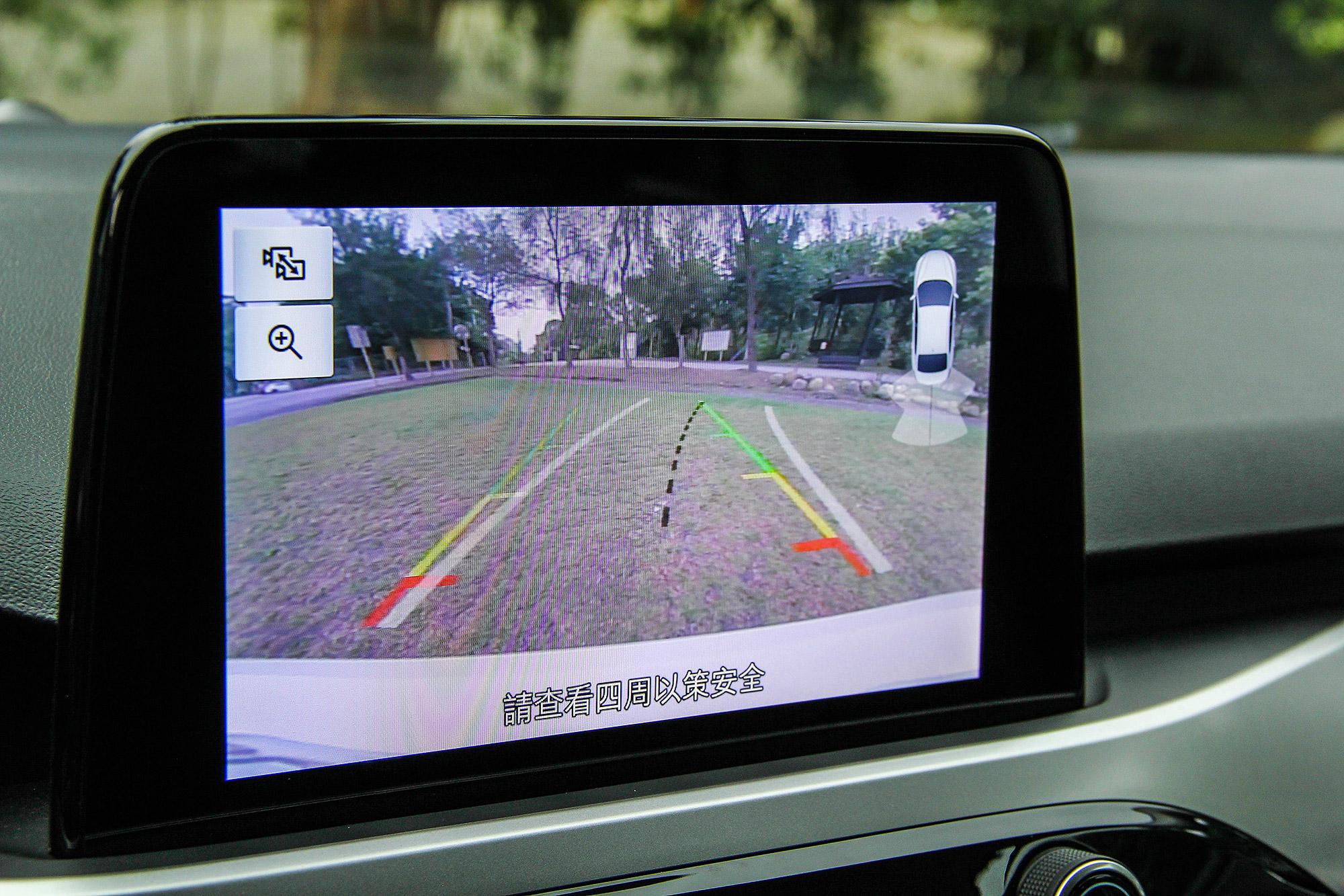 倒車顯影配有路徑指示線。