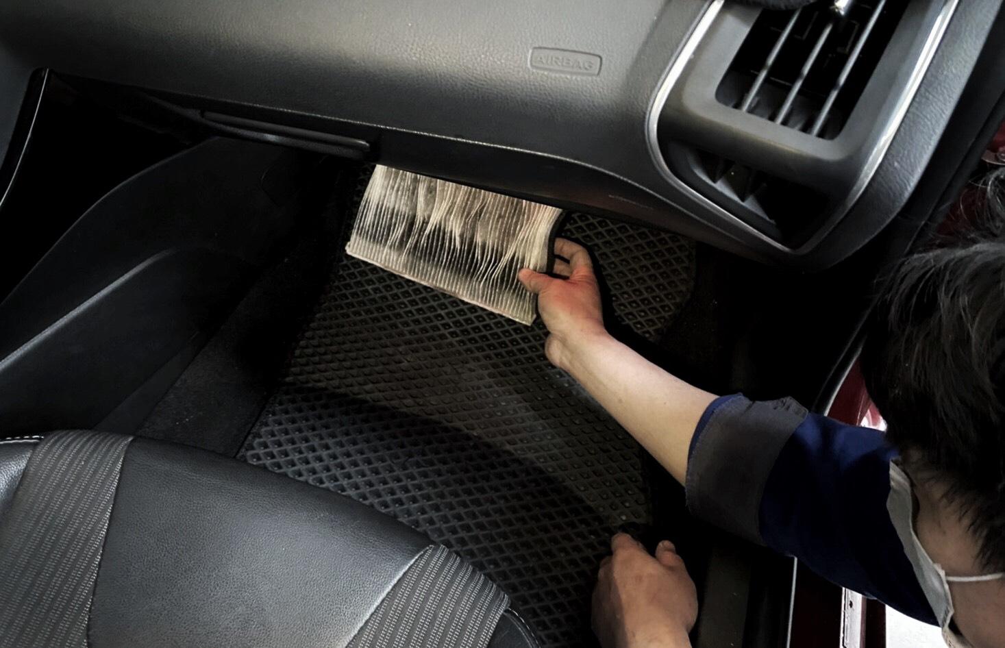 空調濾網在長期行駛後濾網吸附許多髒汙,須定時更換維持過濾效果。