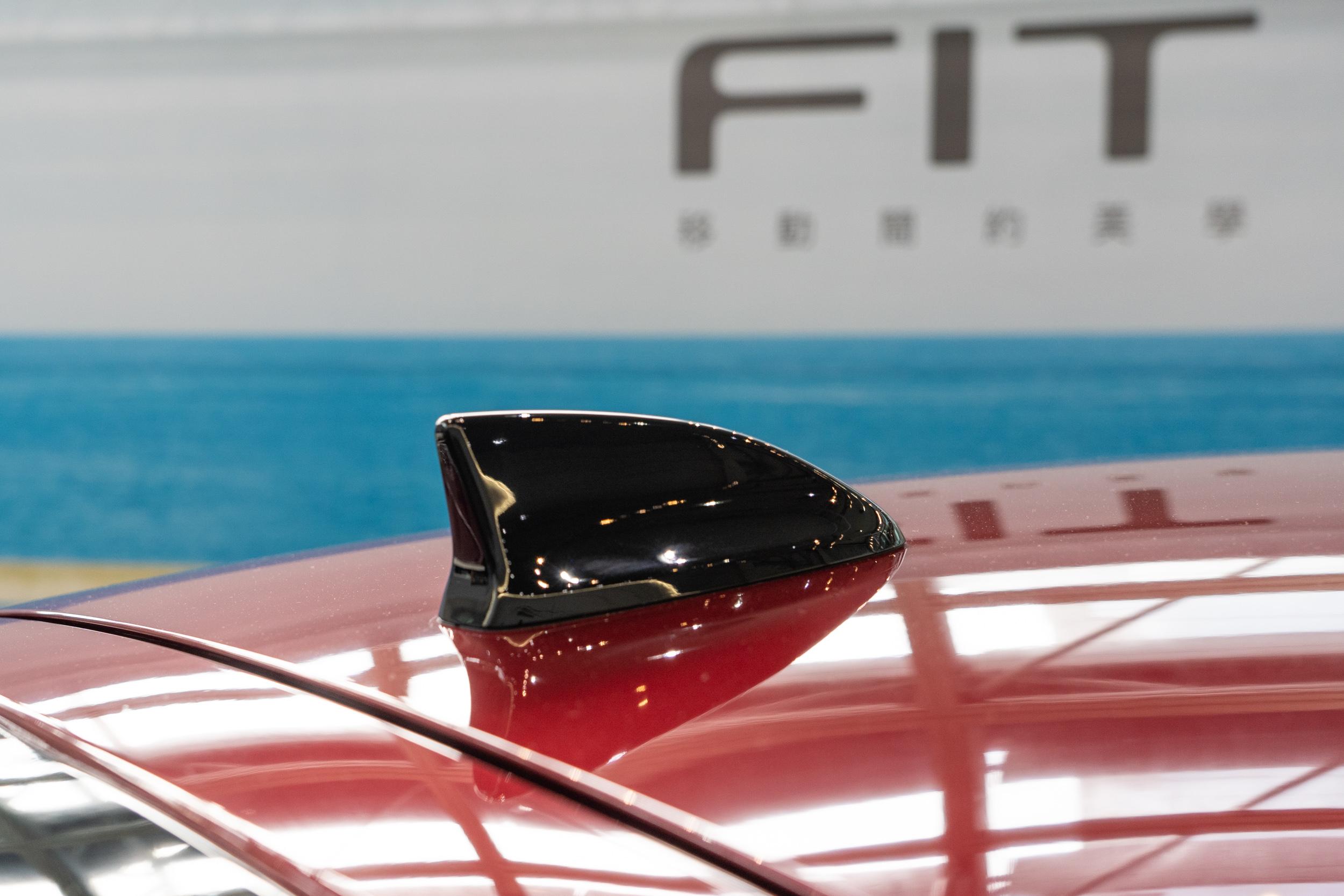 全新 Fit 車高較上世代降低,但因爲改為固定式的鯊魚鰭天線,因此在車身高度計算會包含天線,讓車高數據看起來比上世代更高。