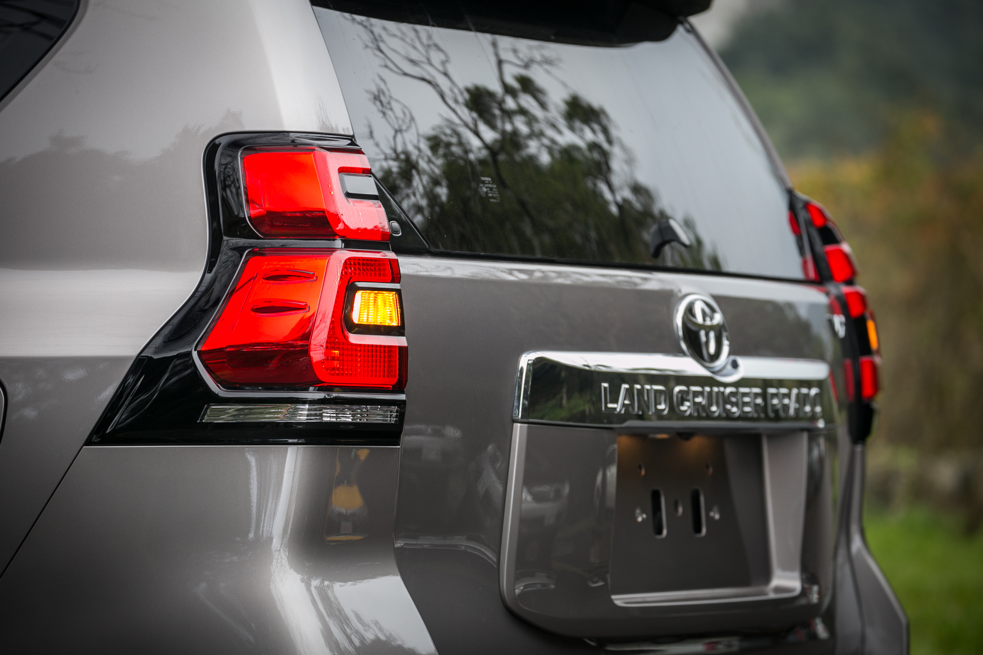 直立式 LED 尾燈為車尾特色之一。